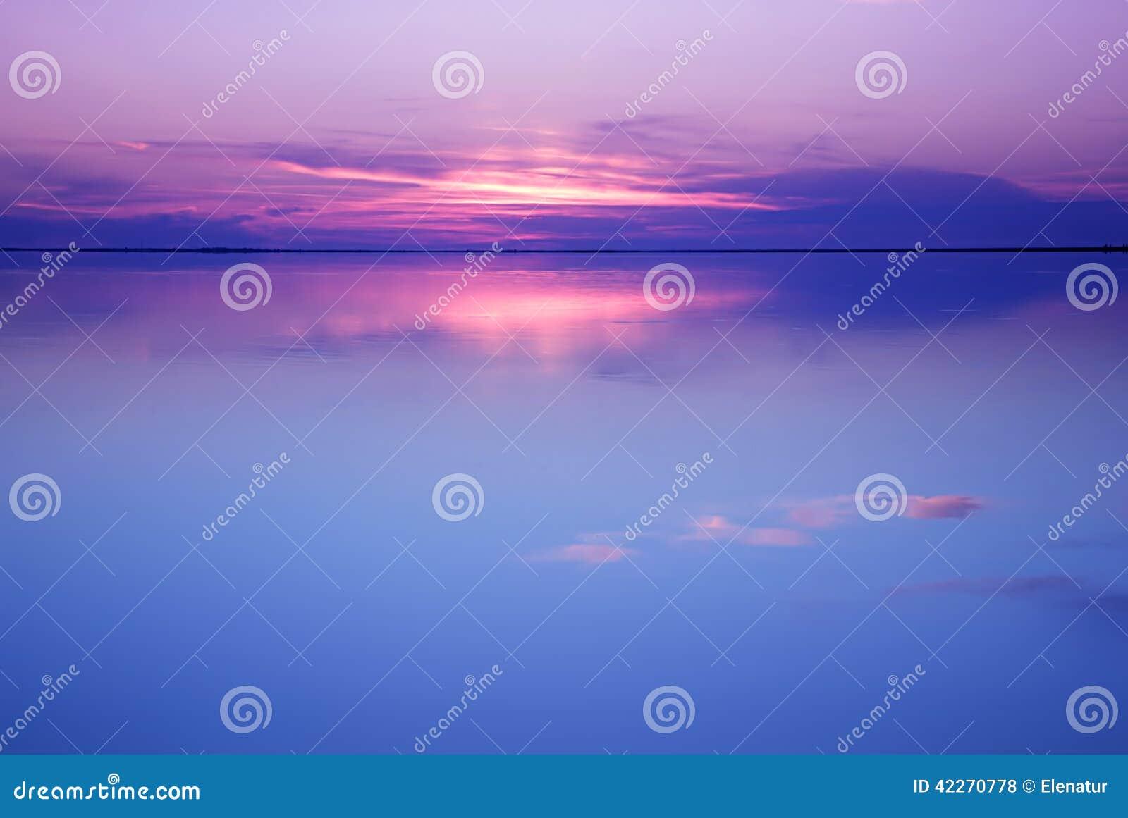 Rustig landschap in blauwe en roze kleuren