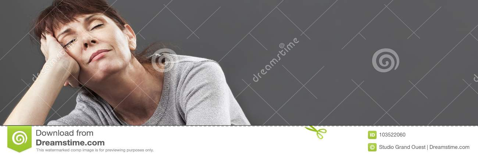 Rustige jaren  50vrouw die van dutje genieten die op kussens, grijze banner liggen