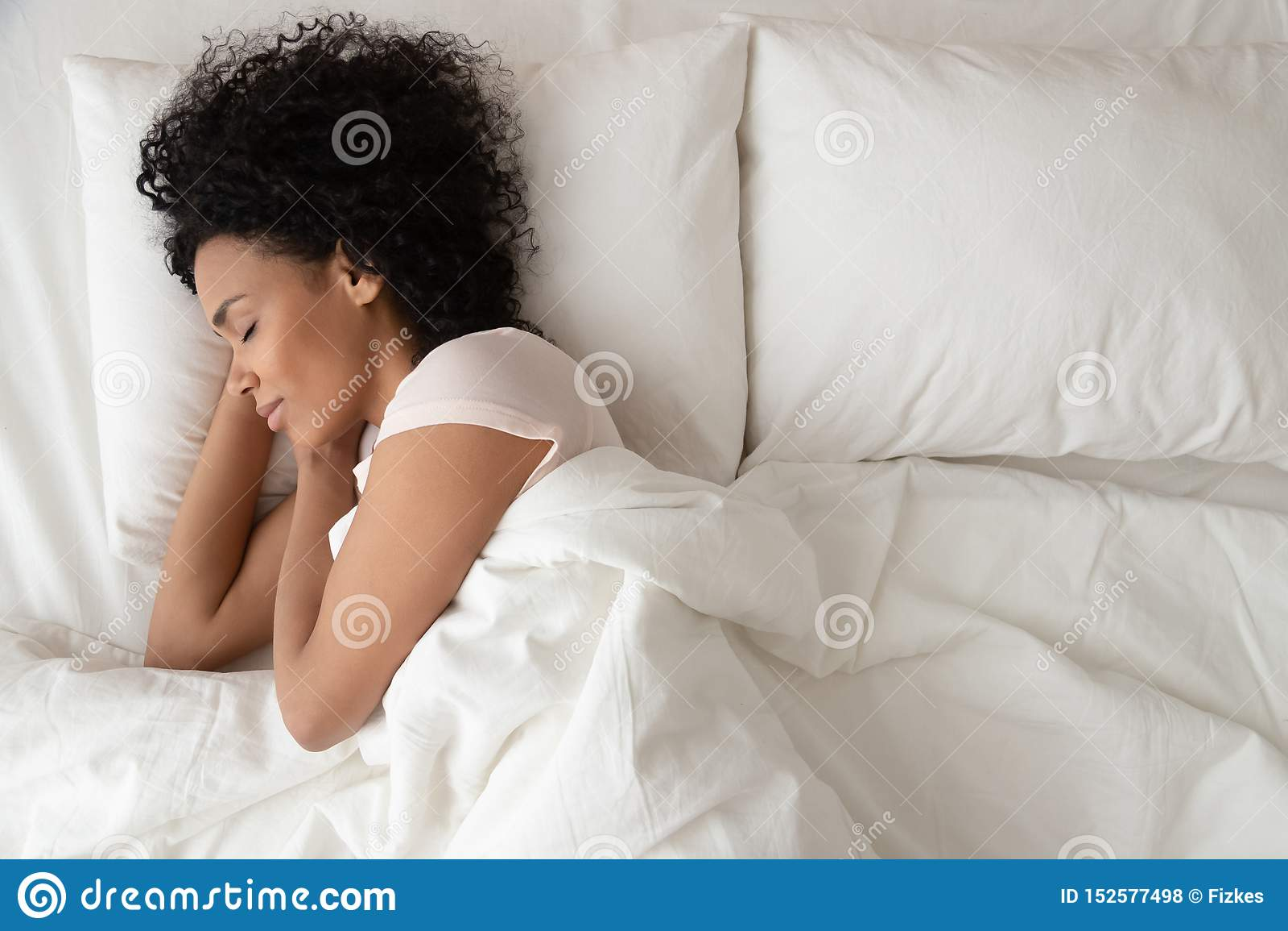 Rustige kalme Afrikaanse vrouwenslaap in comfortabel bed, hoogste mening