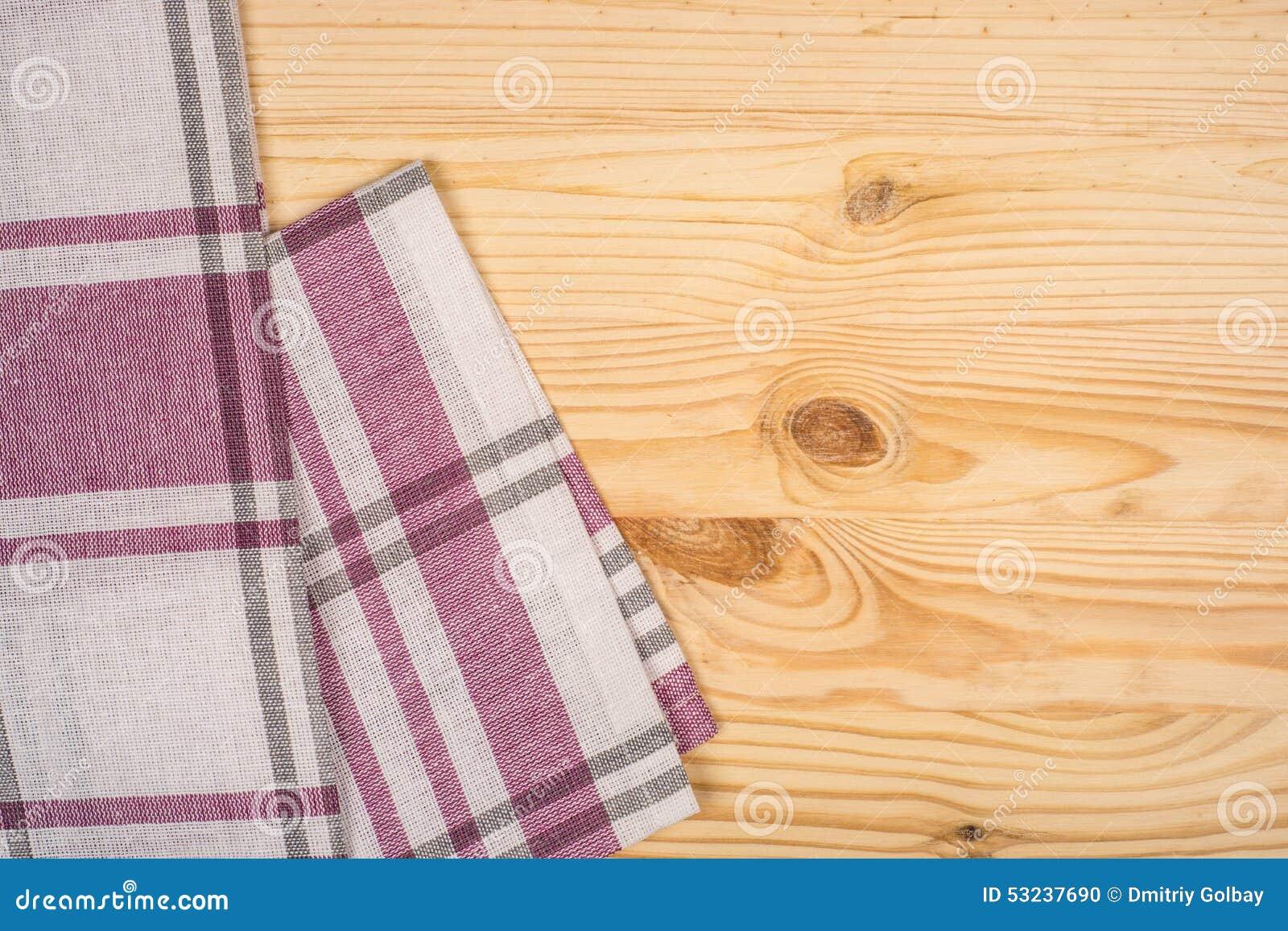 rustikale h lzerne bretter mit einer roten karierten tischdecke. Black Bedroom Furniture Sets. Home Design Ideas