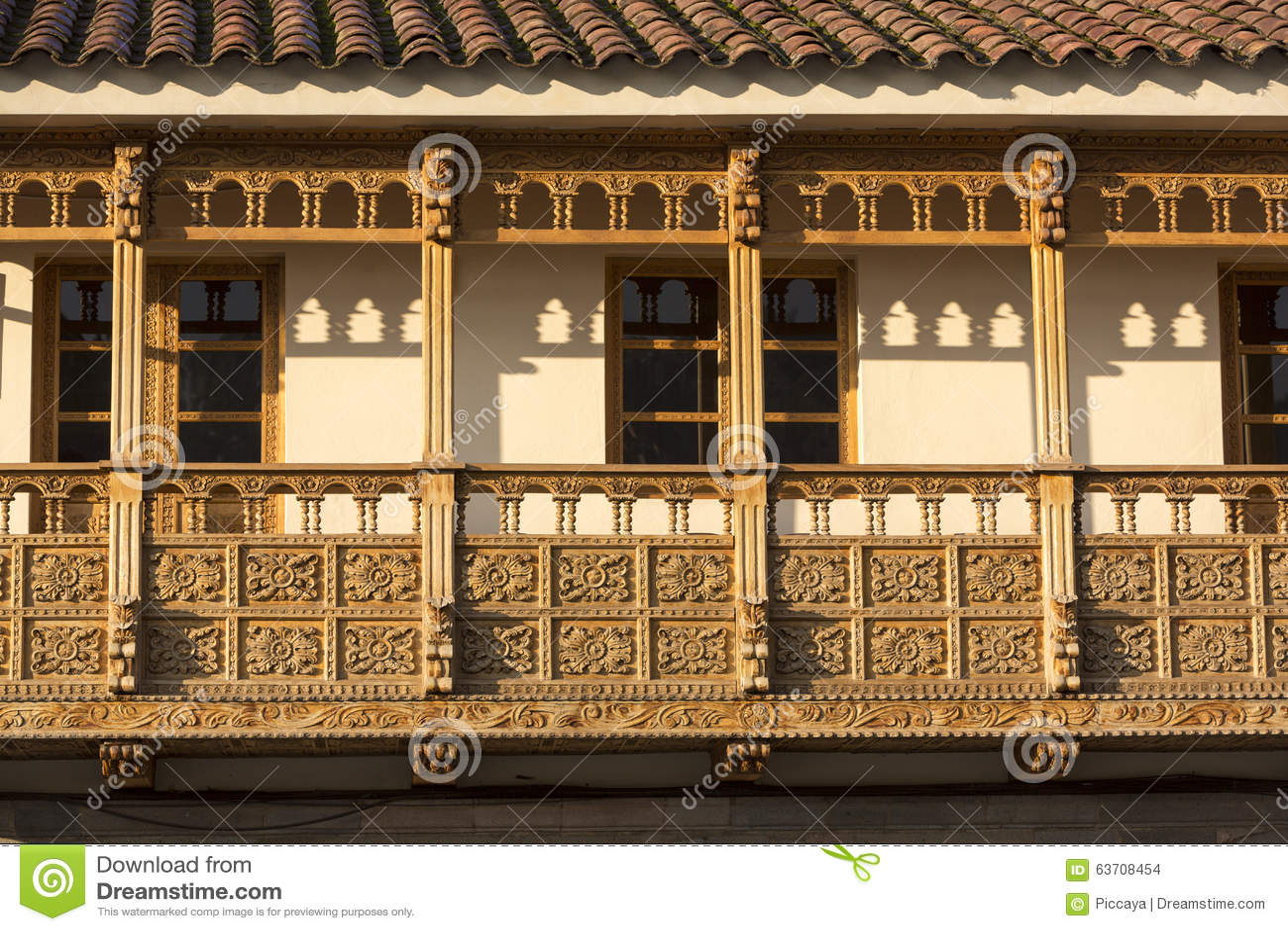 Rustikale hölzerne kolonialbalkone in Cusco, Peru