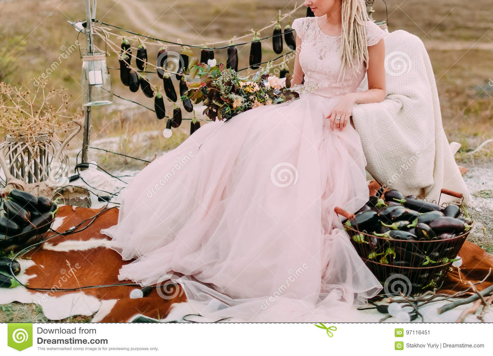 Rustikale Hochzeit Im Wald, Braut Sitzt Im Rosa Brautkleid Nahe ...