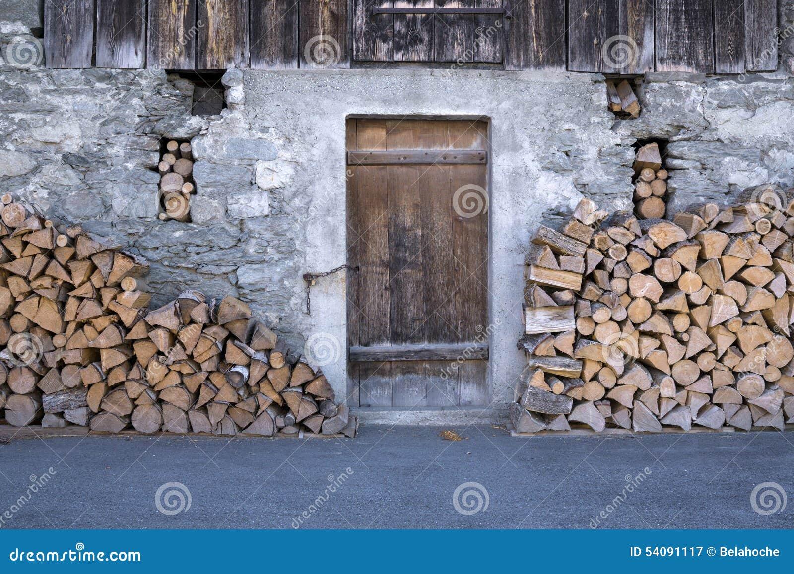 rustikale scheune mit stapeln brennholz stockbild bild. Black Bedroom Furniture Sets. Home Design Ideas