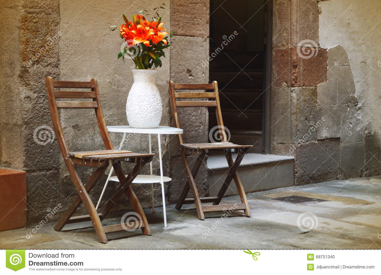 In Stühle In Rustikale Einem Winkel Romantischen Barcelona vwNm80nO