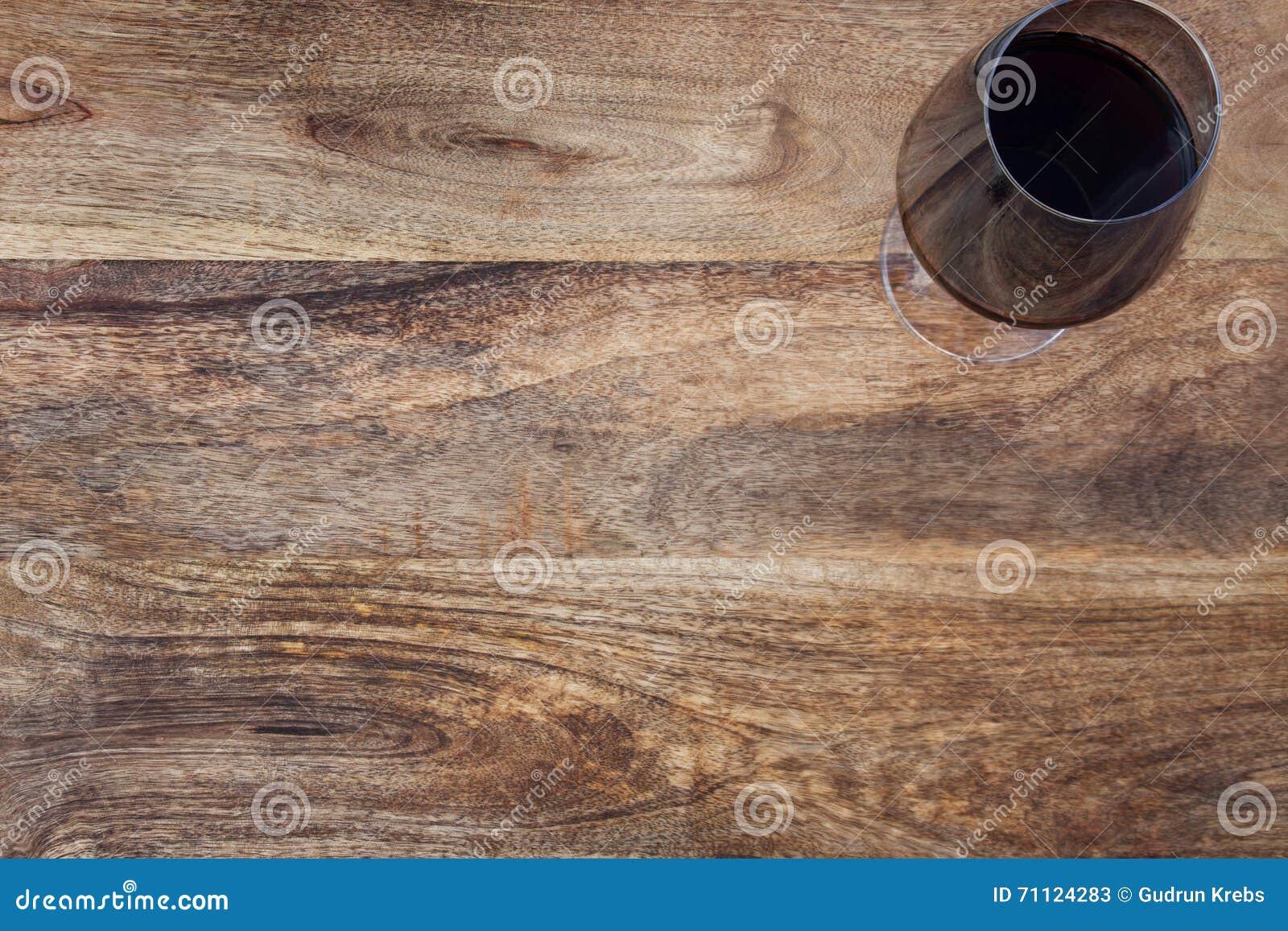 rustikaler holztisch mit glas wein stockbild - bild von schäbig
