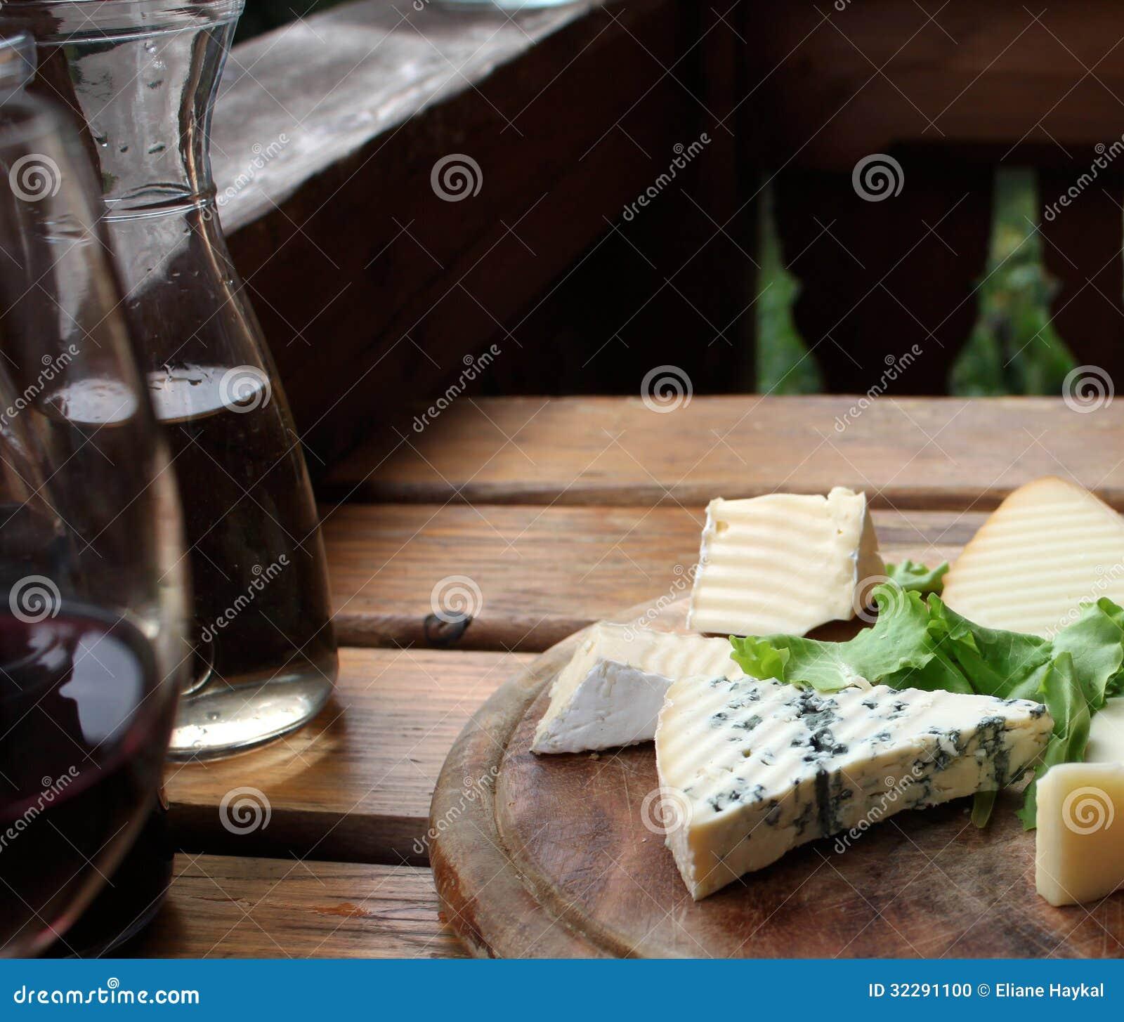 Rustikaler Käse und Wein