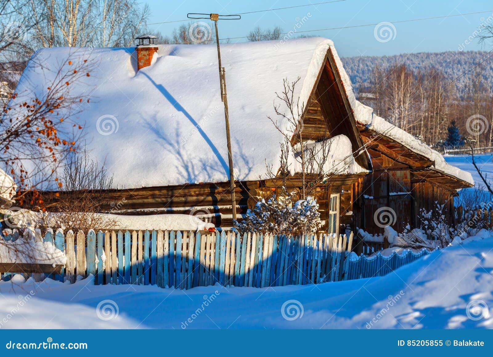 Russische Blockhäuser rustikales blockhaus bedeckt mit schnee dorf visim swerdlowsk