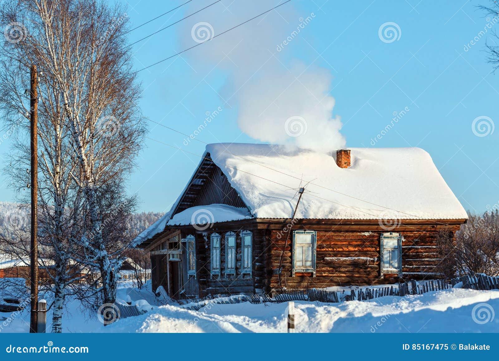 Russische Blockhäuser rustikales blockhaus im russischen dorf visim swerdlowsk region