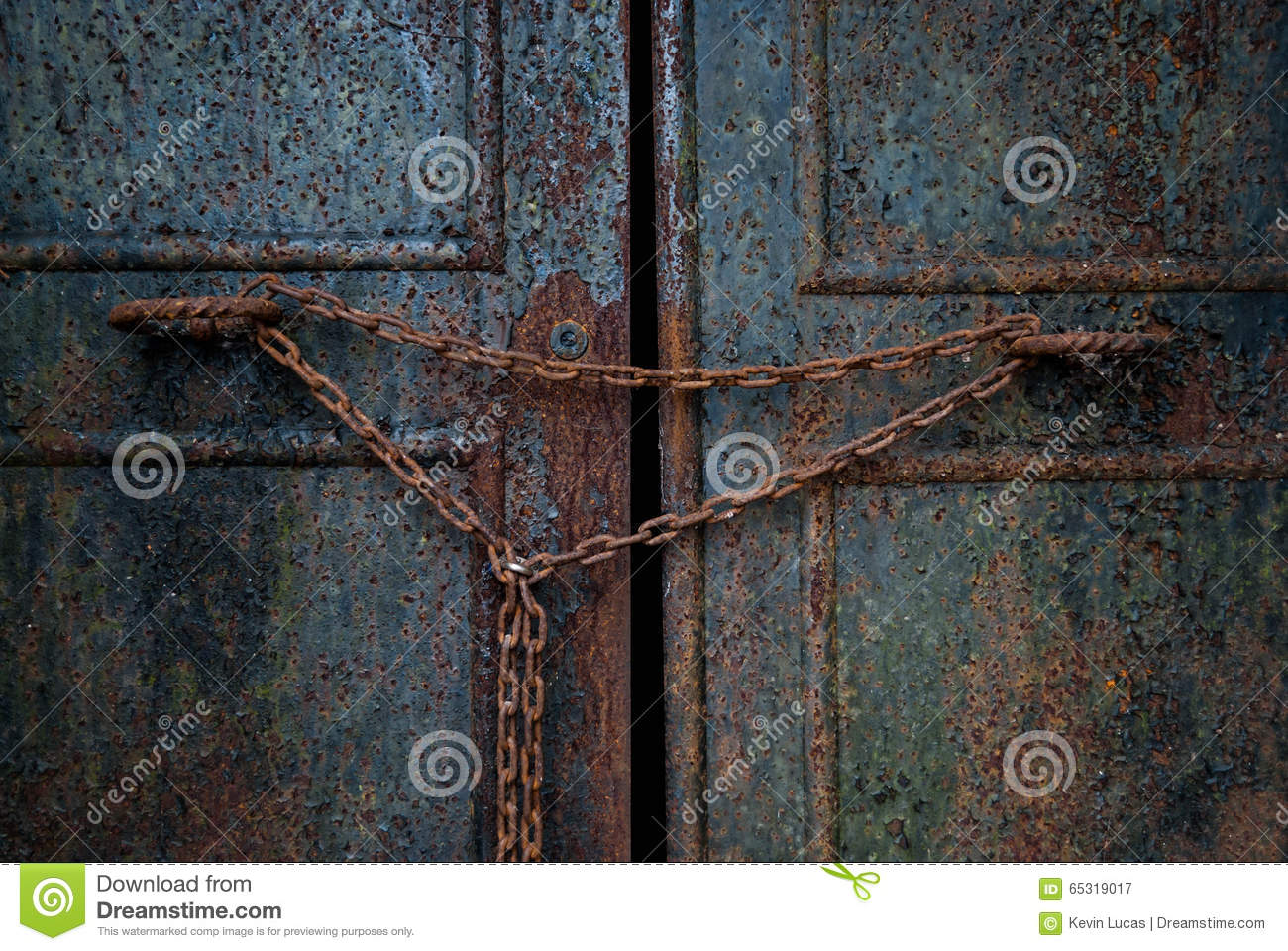 Rusty Door rusty door with chain stock photo - image: 65319017