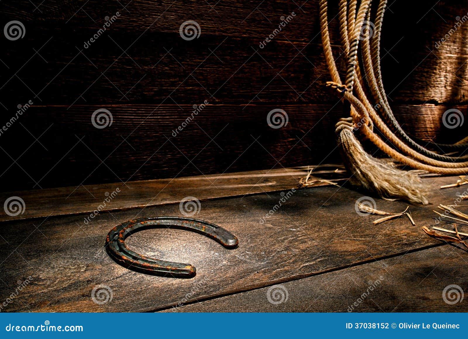 Rusty Old Horseshoe no assoalho de madeira envelhecido celeiro do rancho