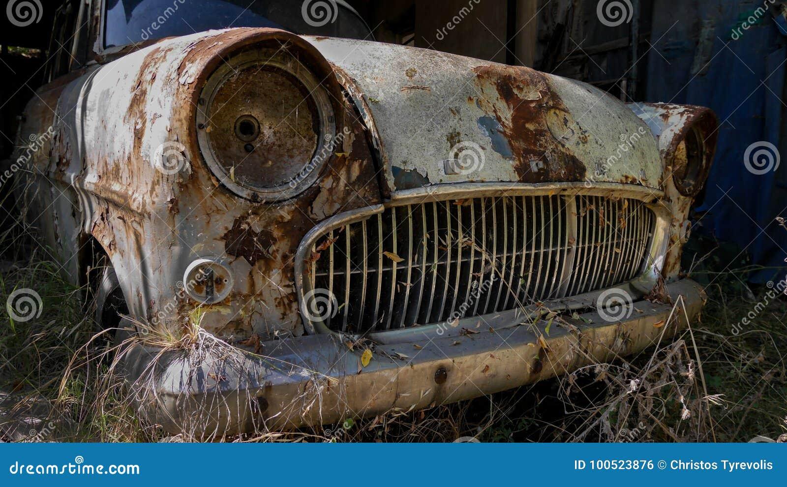 Rusty Opel abandonado