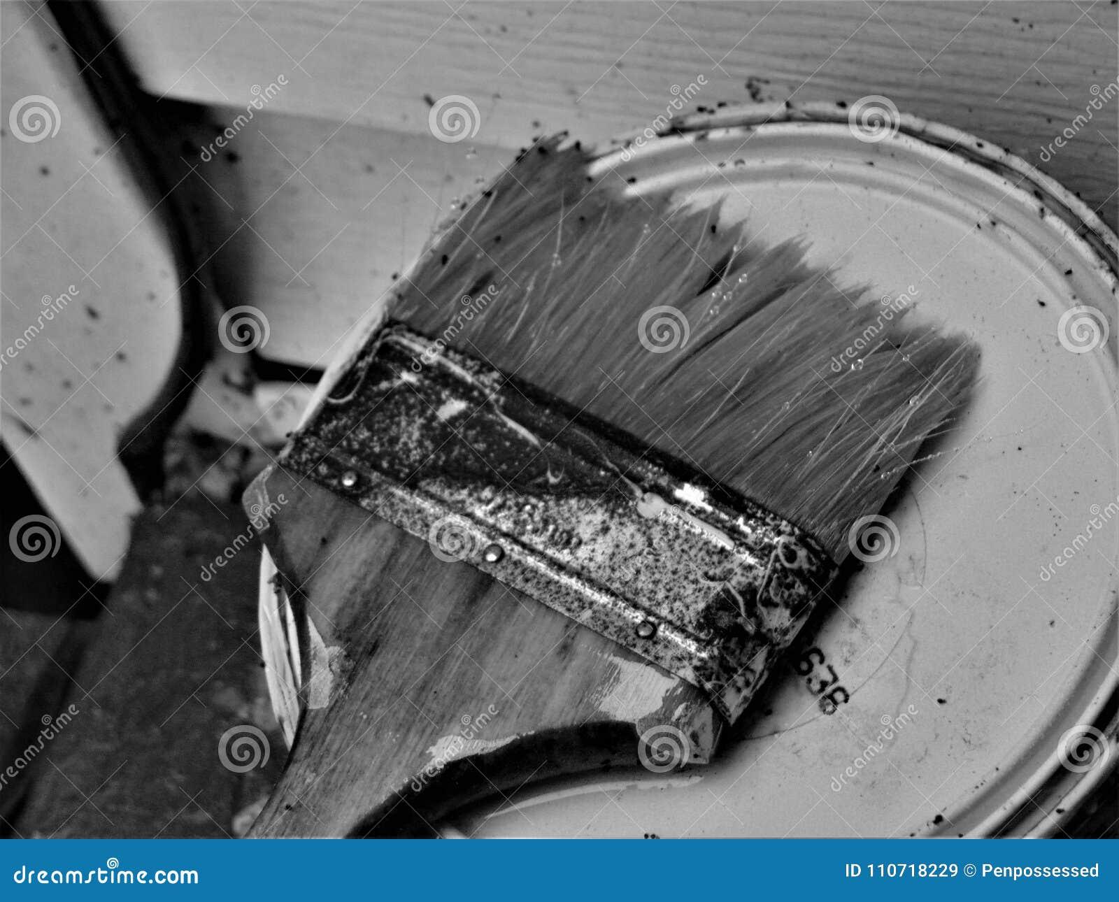 Rusty Paintbrush E A Pintura Podem Em Preto E Branco Imagem