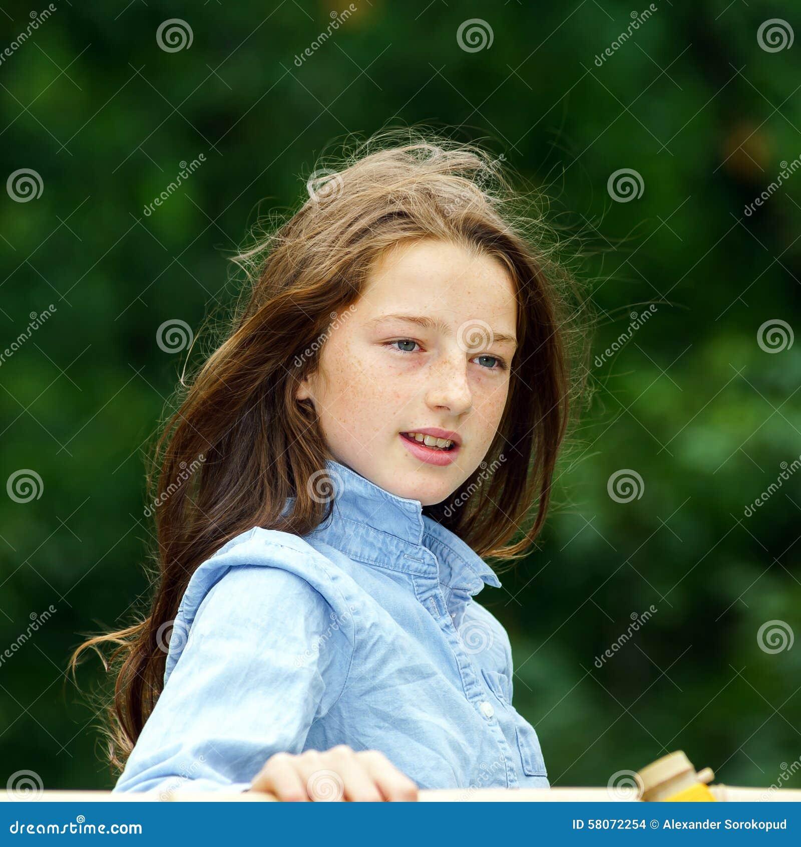 Ruszać się w dorosłość nastoletni plenerowy dziewczyna portret