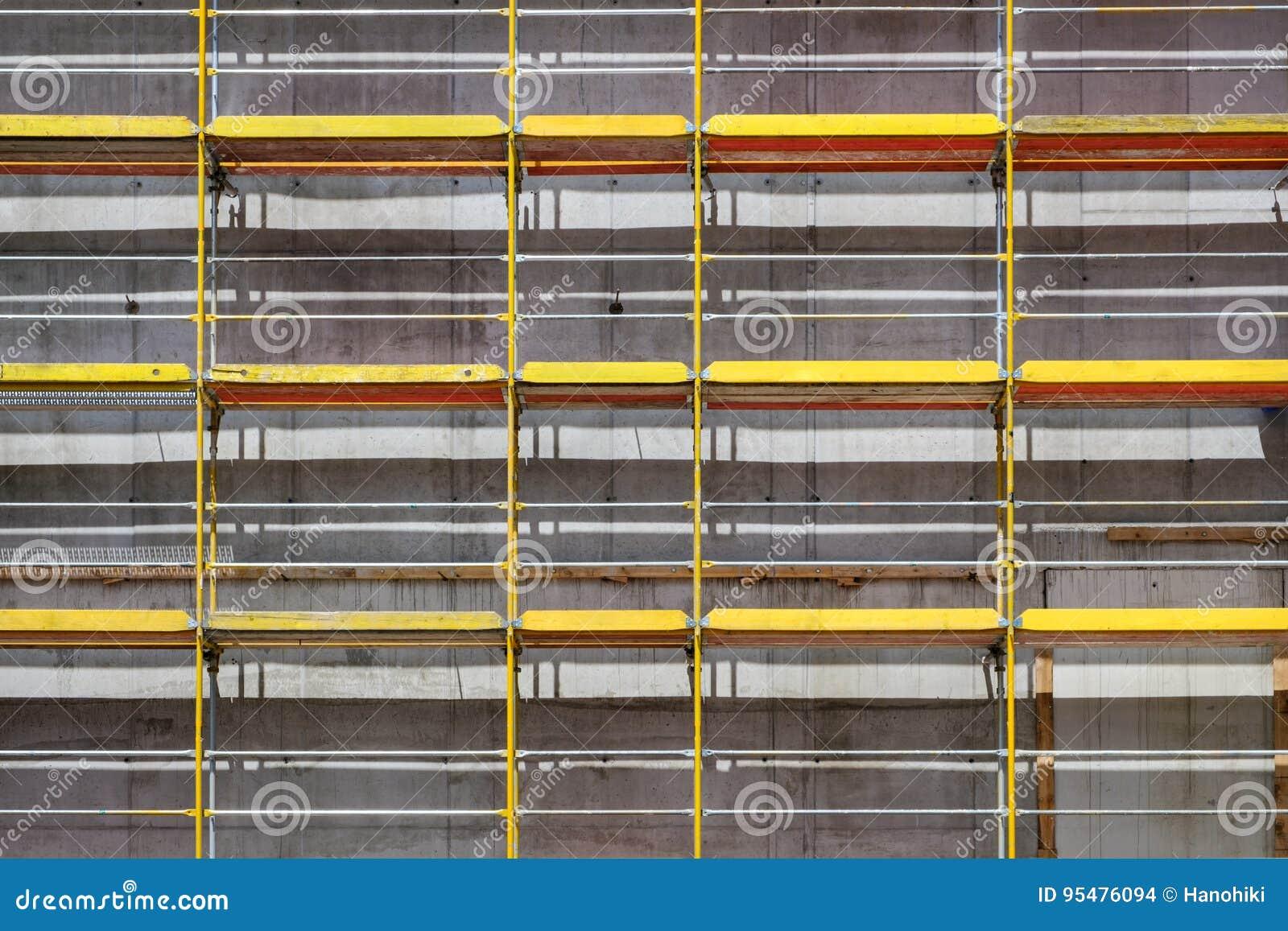 Rusztujący na nowej budynek fasadzie, budowa z fram