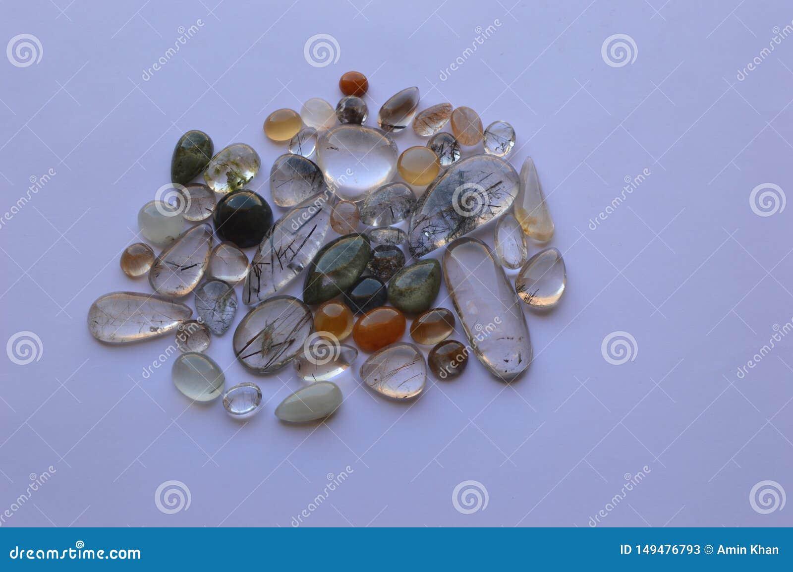 Rutilated石英分类了与罕见的包括的颜色
