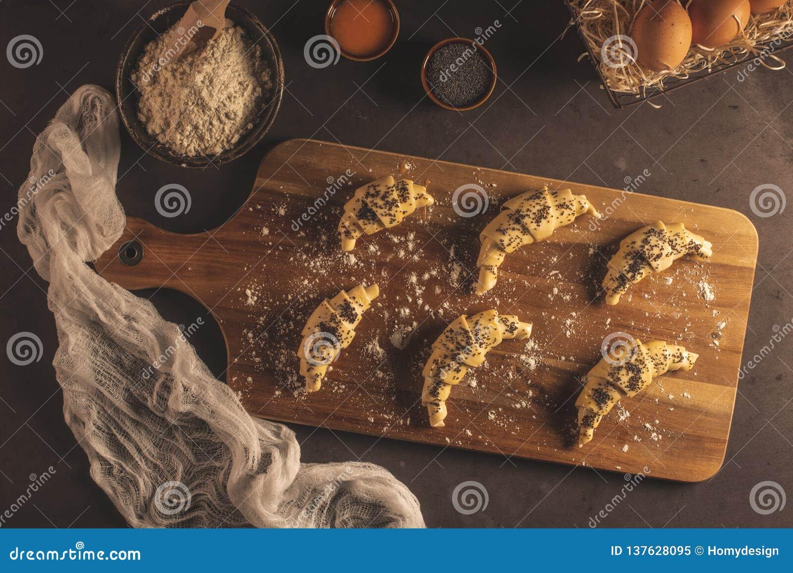 Ruw croissant met ingrediënten