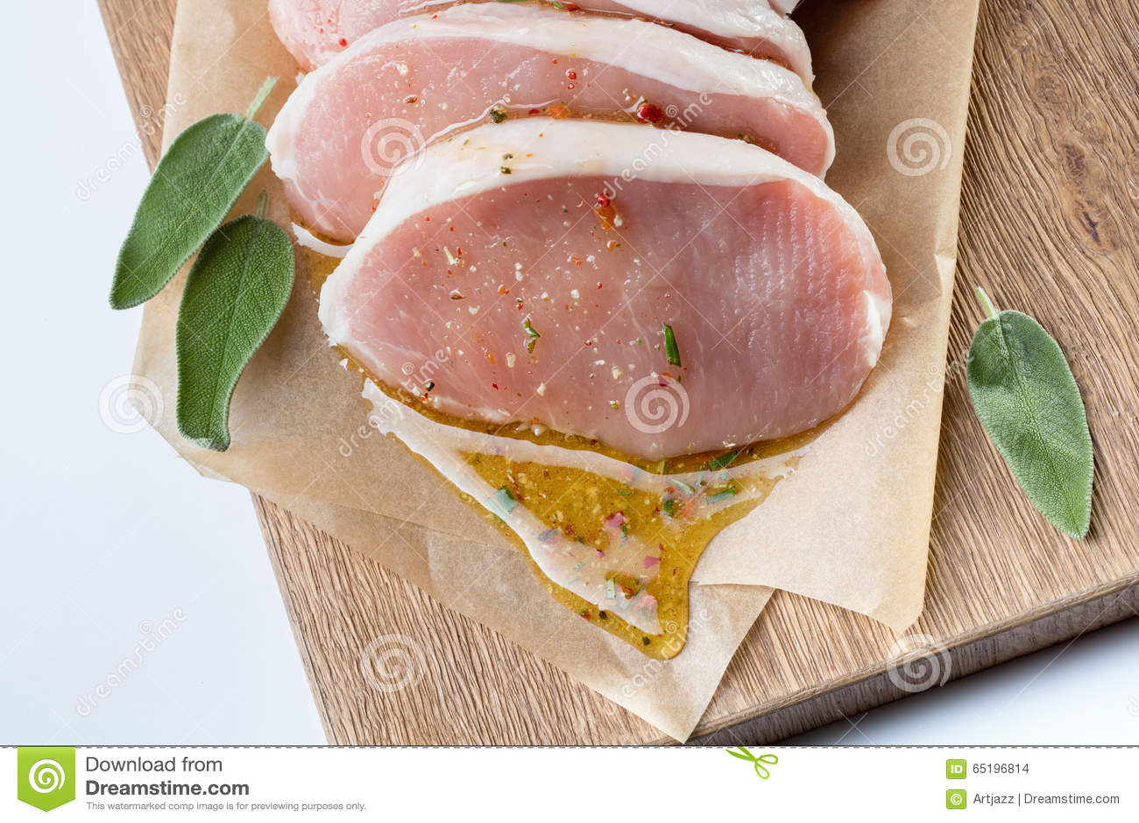 Ruw die varkensvlees escalope met sause van honing en kruiden wordt gemaakt