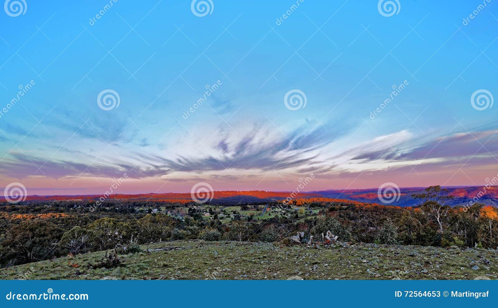 Ruw landschapspanorama bij zonsondergang