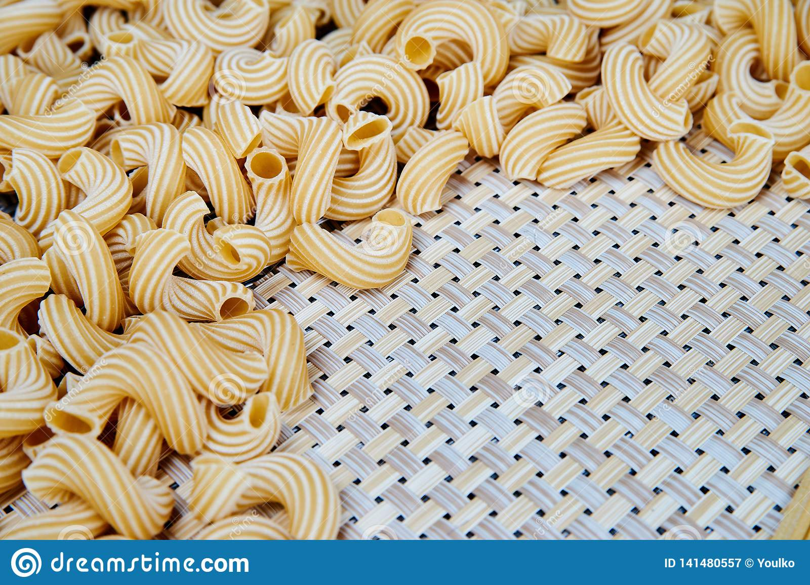 Ruw whole-grain deeg op een rieten doek op de lijst Hoogste mening