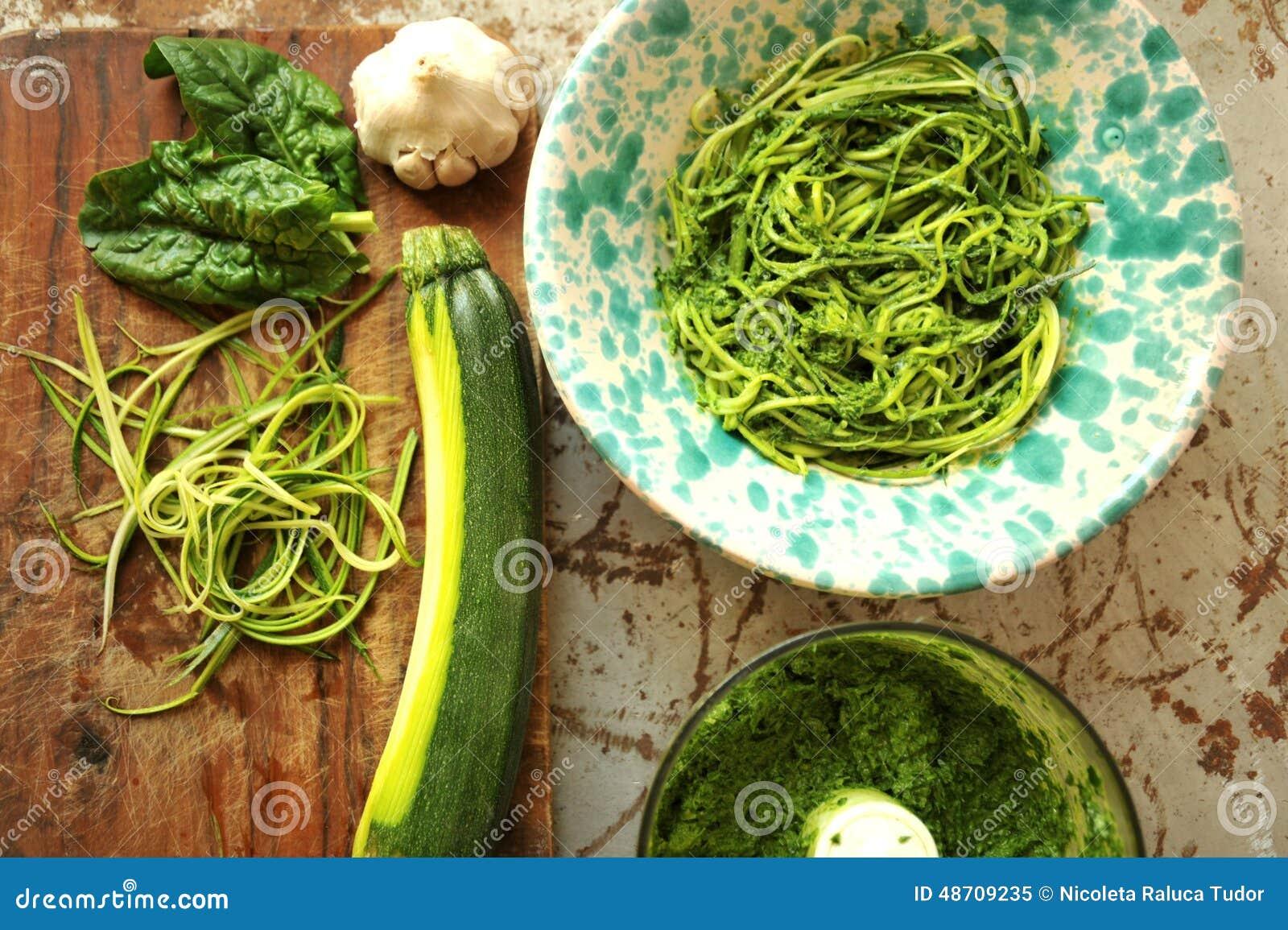 Ruwe deegwaren met courgette en spinaziepesto met knoflook
