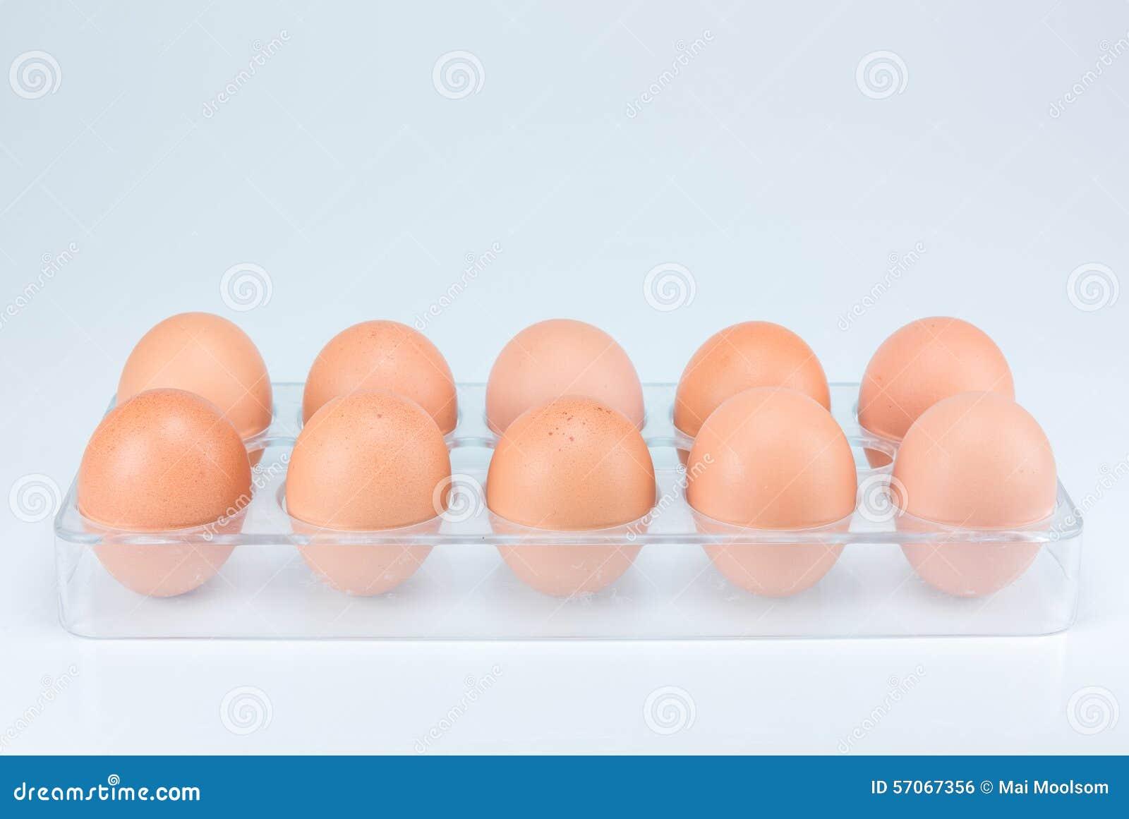 Ruwe eieren op witte achtergrond