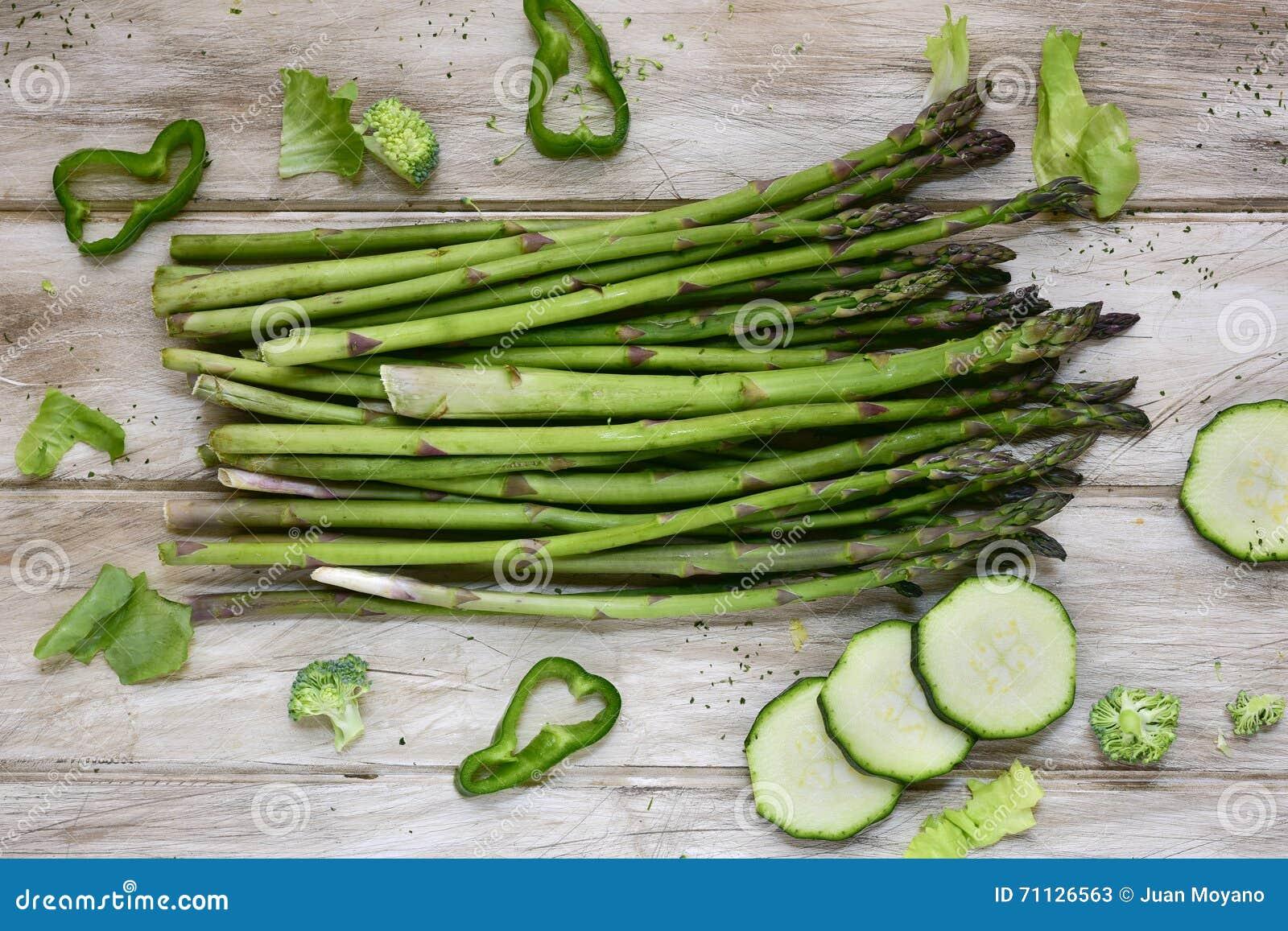 Ruwe Groene Groenten Op Een Rustieke Witte Lijst Stock Foto ...