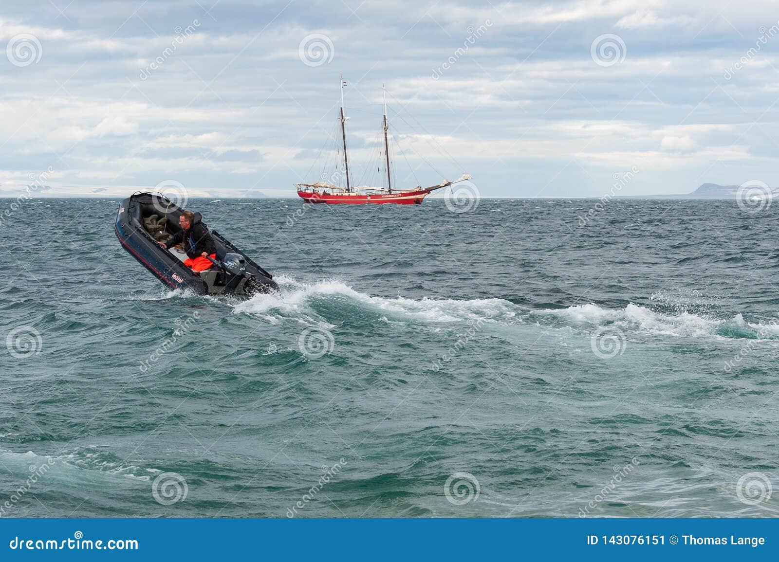 In ruwe overzees - Kodiak die naar moederschip, Svalbard terugkeren