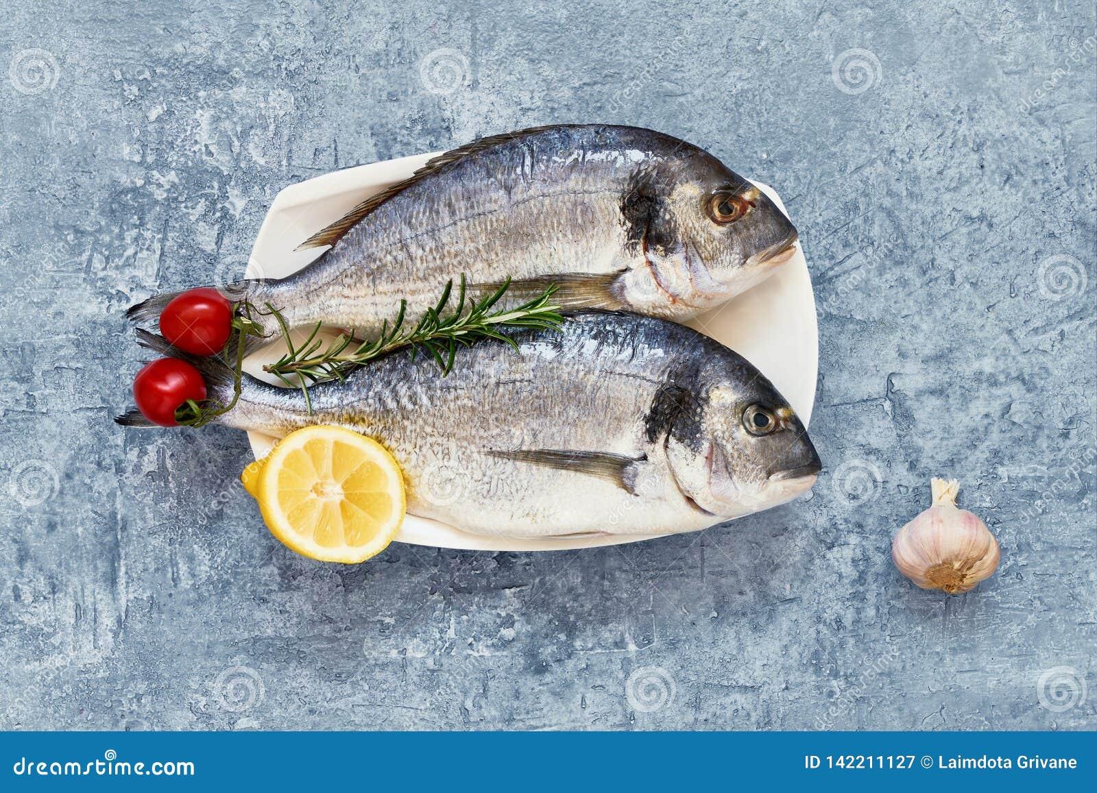 Ruwe verse doradavissen met kruiden op houten scherpe raad Gezond voedselconcept Hoogste mening, exemplaarruimte Mediterrane zeev