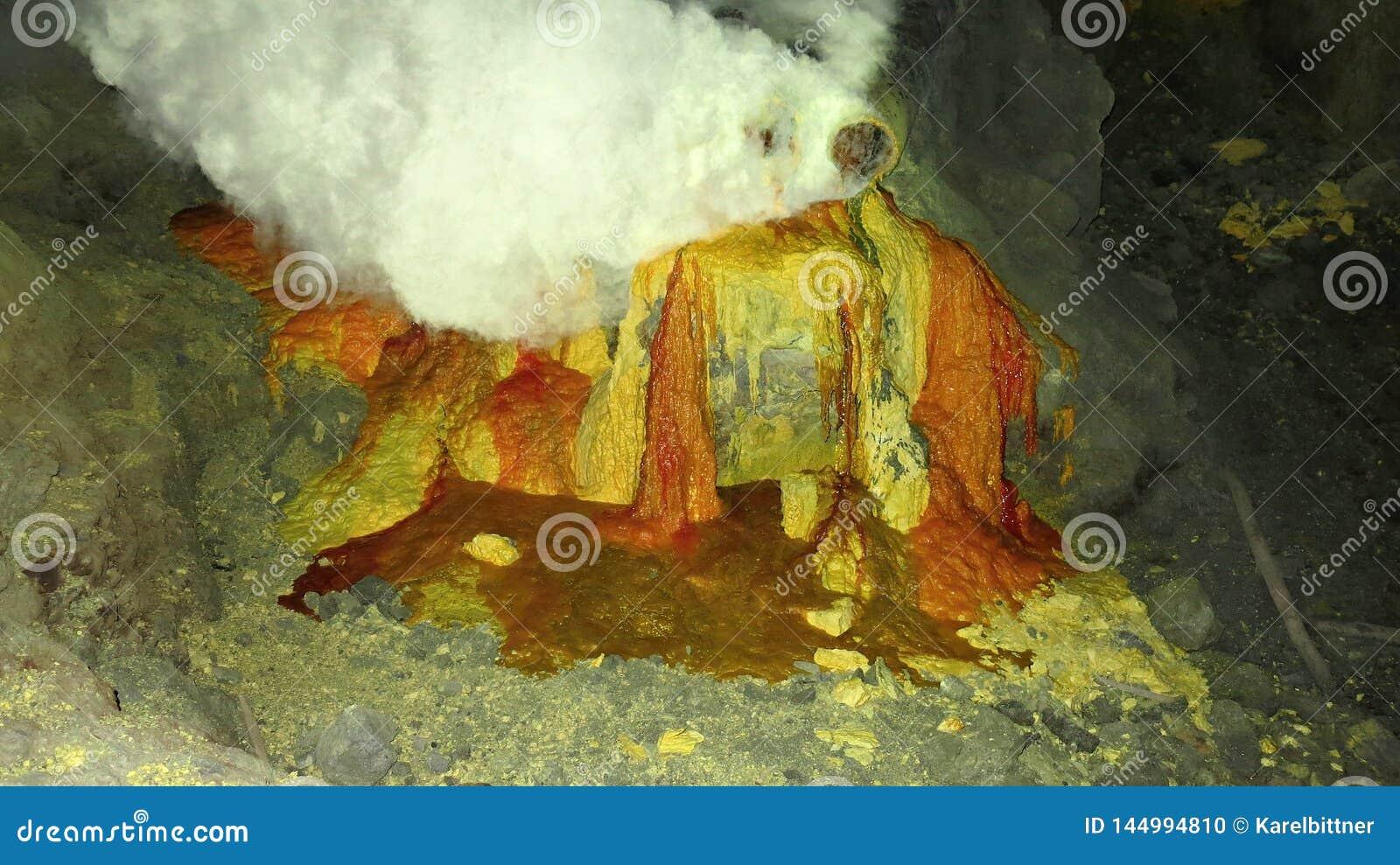 Ruwe zwavelmijnbouw in de krater van de actieve vulkaan van Kawah Ijen op Java