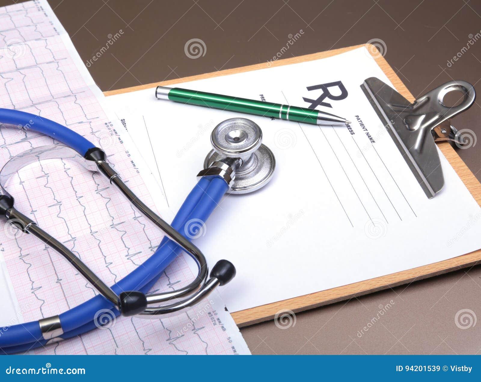 RX συνταγή, κόκκινη καρδιά, χάπια, μετρητής πίεσης του αίματος και ένα στηθοσκόπιο στον πίνακα