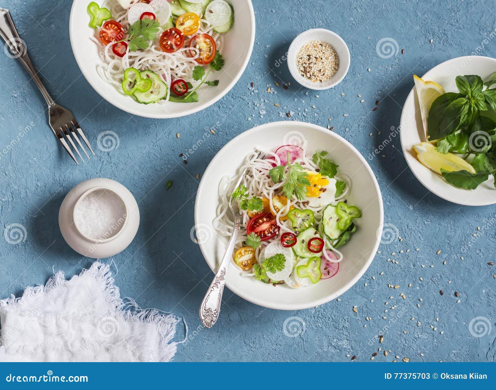 Ryzowi Kluski I Warzywa Salatkowi Zdrowe Jedzenie Wegetarianin W