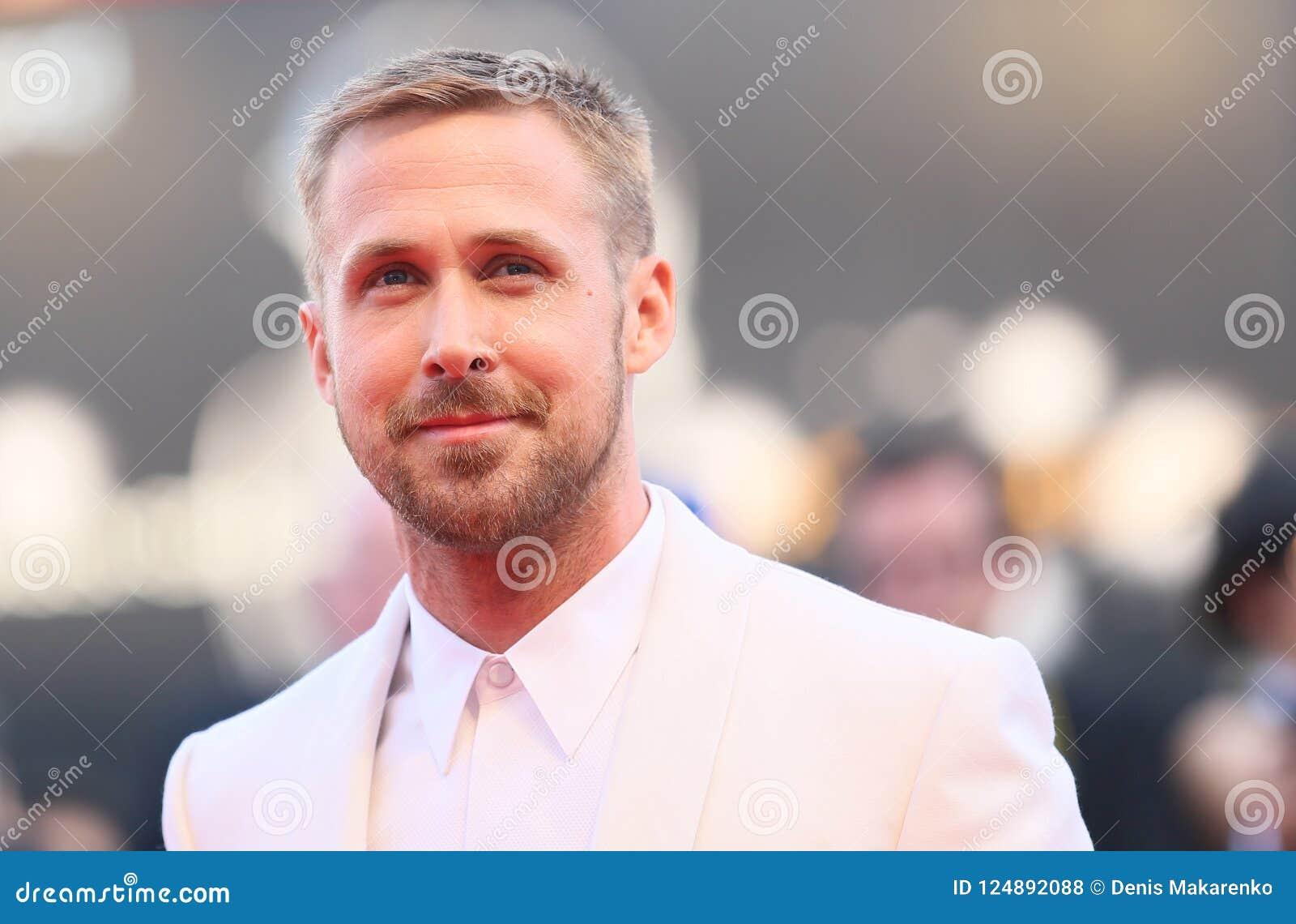 Ryan Gosling marche le tapis rouge