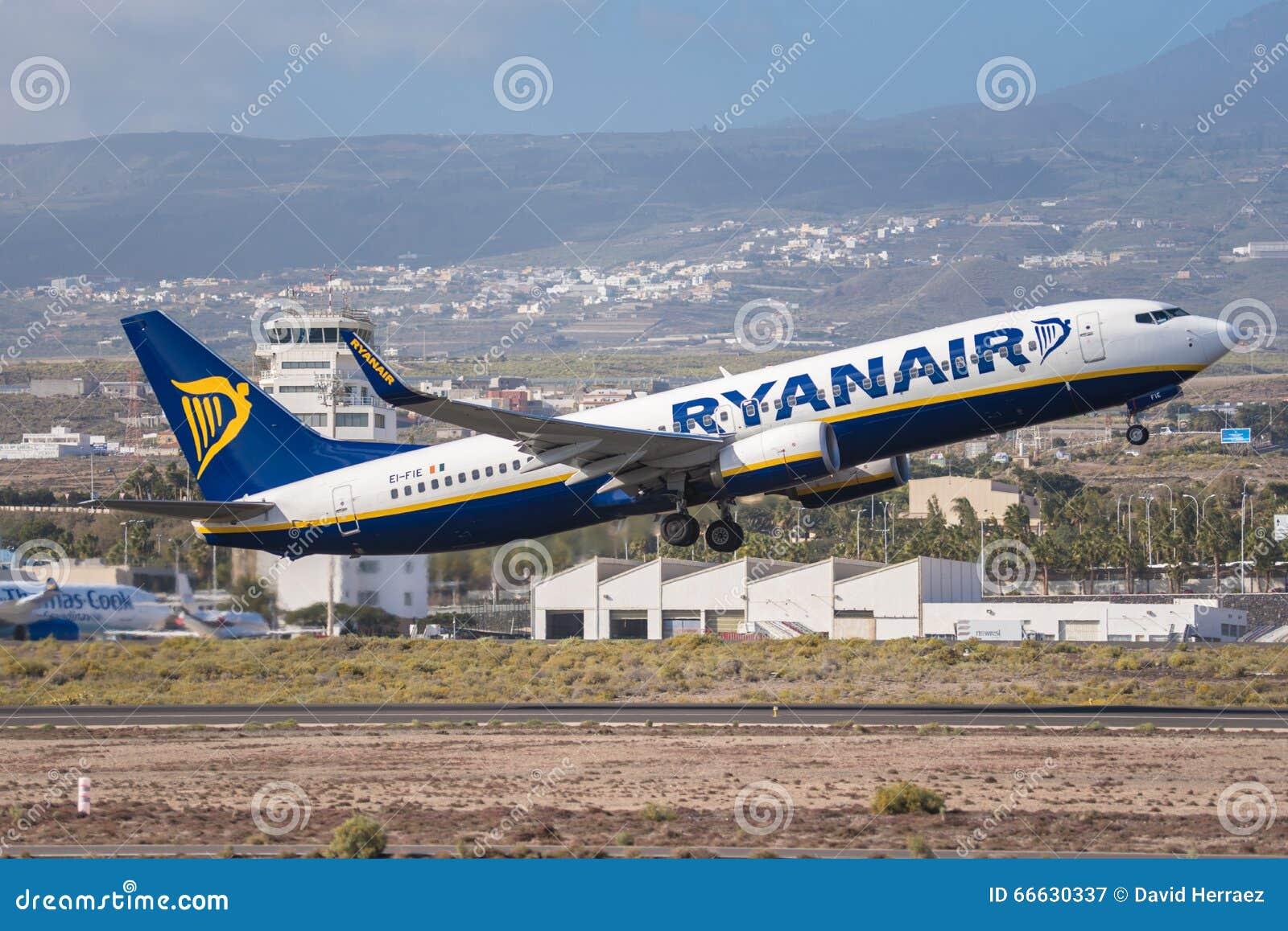 Aeroporto Tenerife Sud : Ryanair boeing 737 800 sta decollando dallaeroporto del sud di