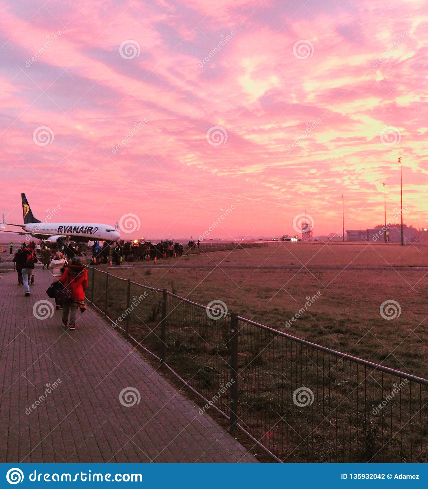 Ryanair samolot przy wsch?d s?o?ca