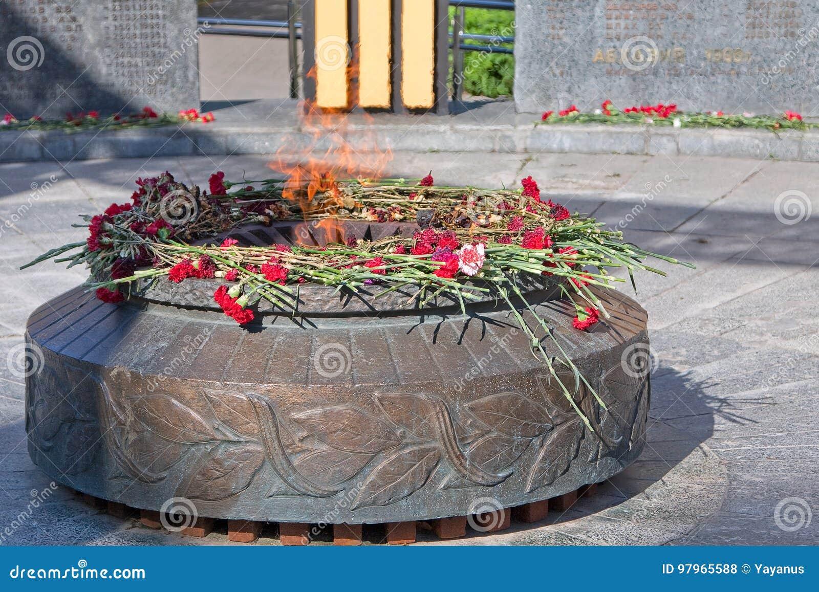 Ryazan, Rosja Zabytków spadać żołnierze Wiecznie płomieni oparzenie Na zabytku są czerwoni goździki