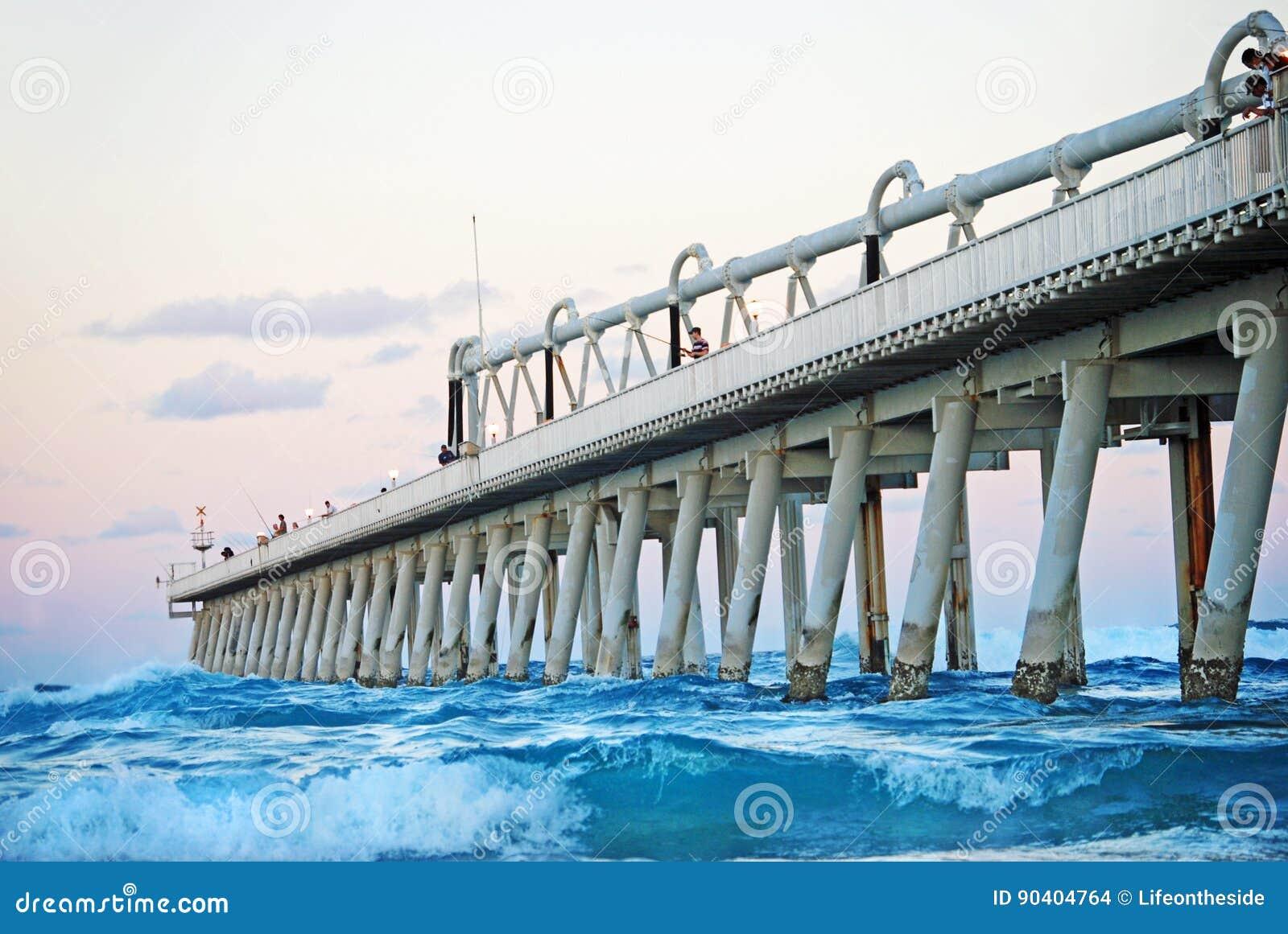 Rybacy łowi w pięknym oceanie mierzeja, złota wybrzeże, Australia