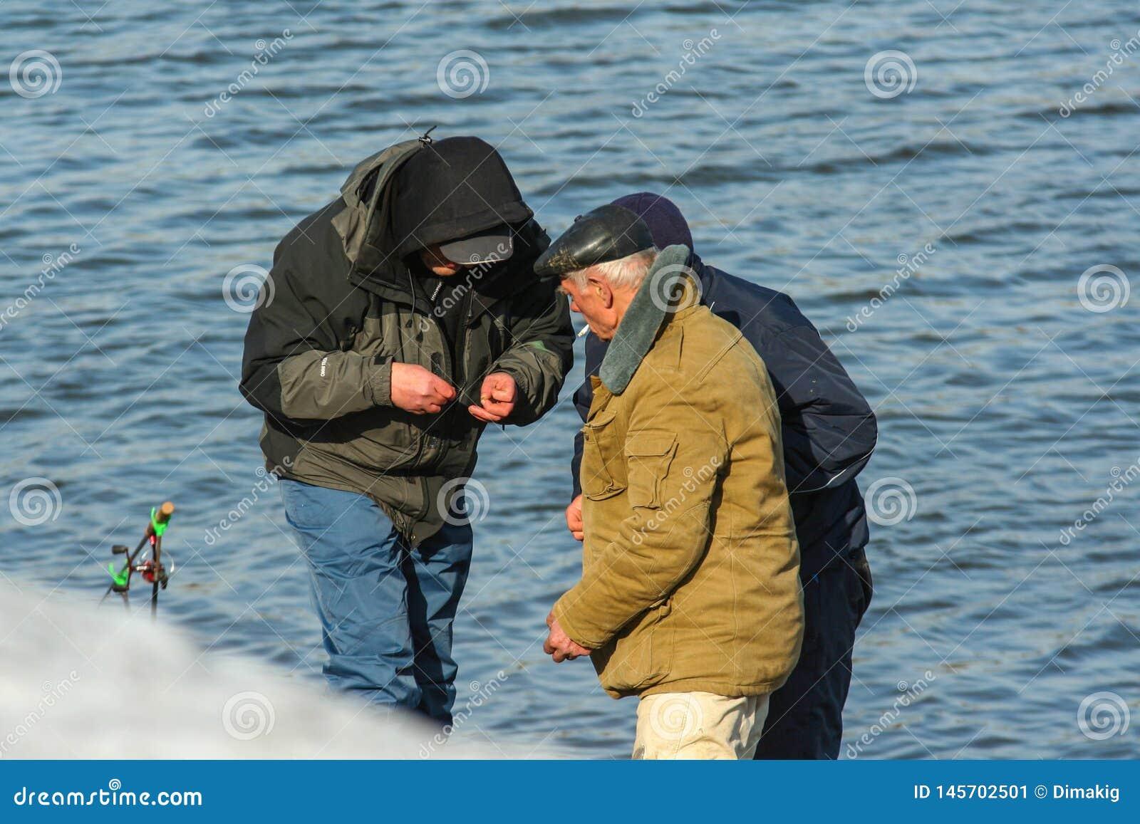 Rybacy na brzeg rzeki Wiosny rozrywka Rosyjscy ludzie