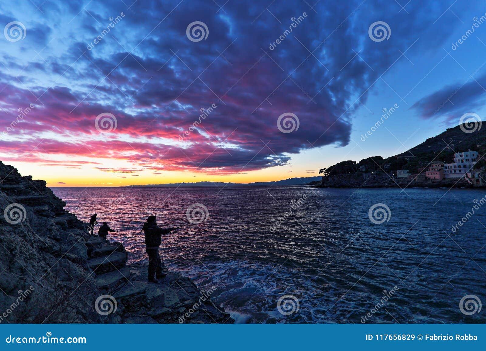 Rybacy pod pięknym niebem po zmierzchu, Włochy