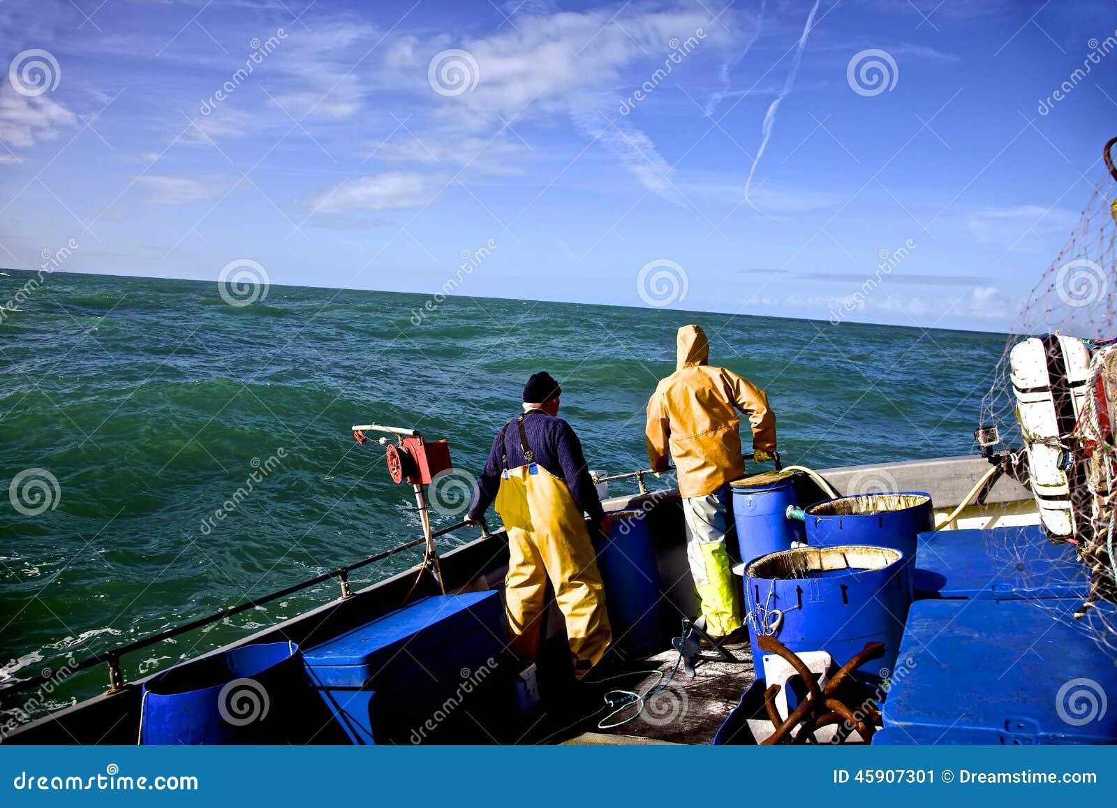 Rybacy w szorstkim morzu