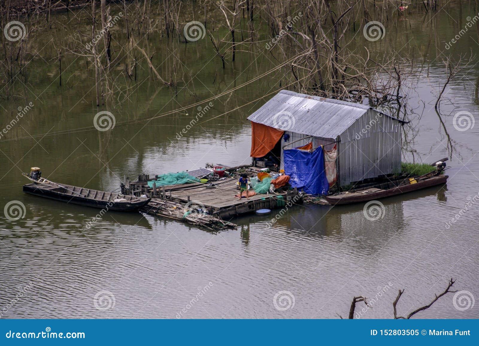 Rybaków życia po środku rzeki w chałupa domu robić blaszani prześcieradła