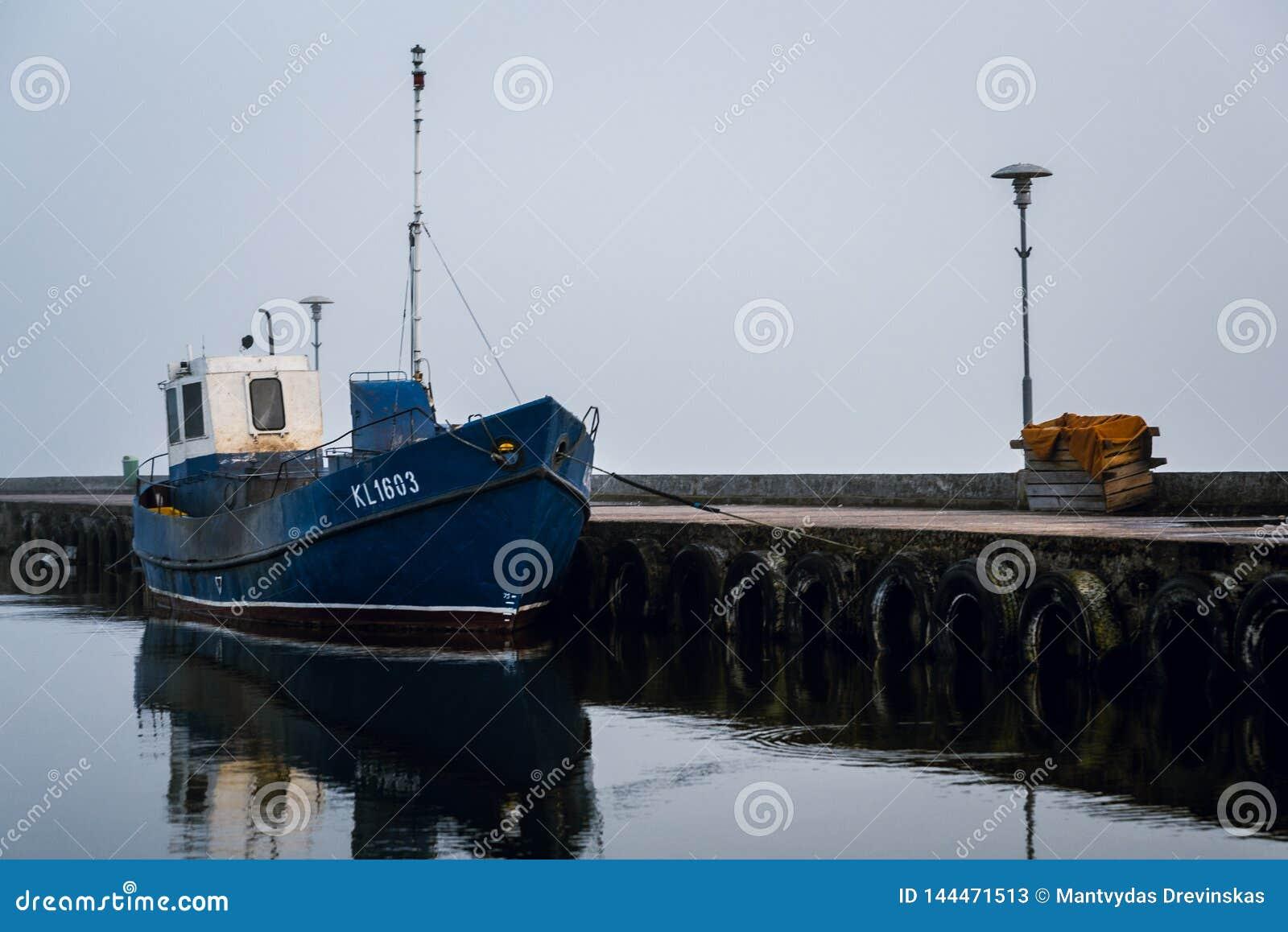 Rybak łódź w Nida miasta porcie
