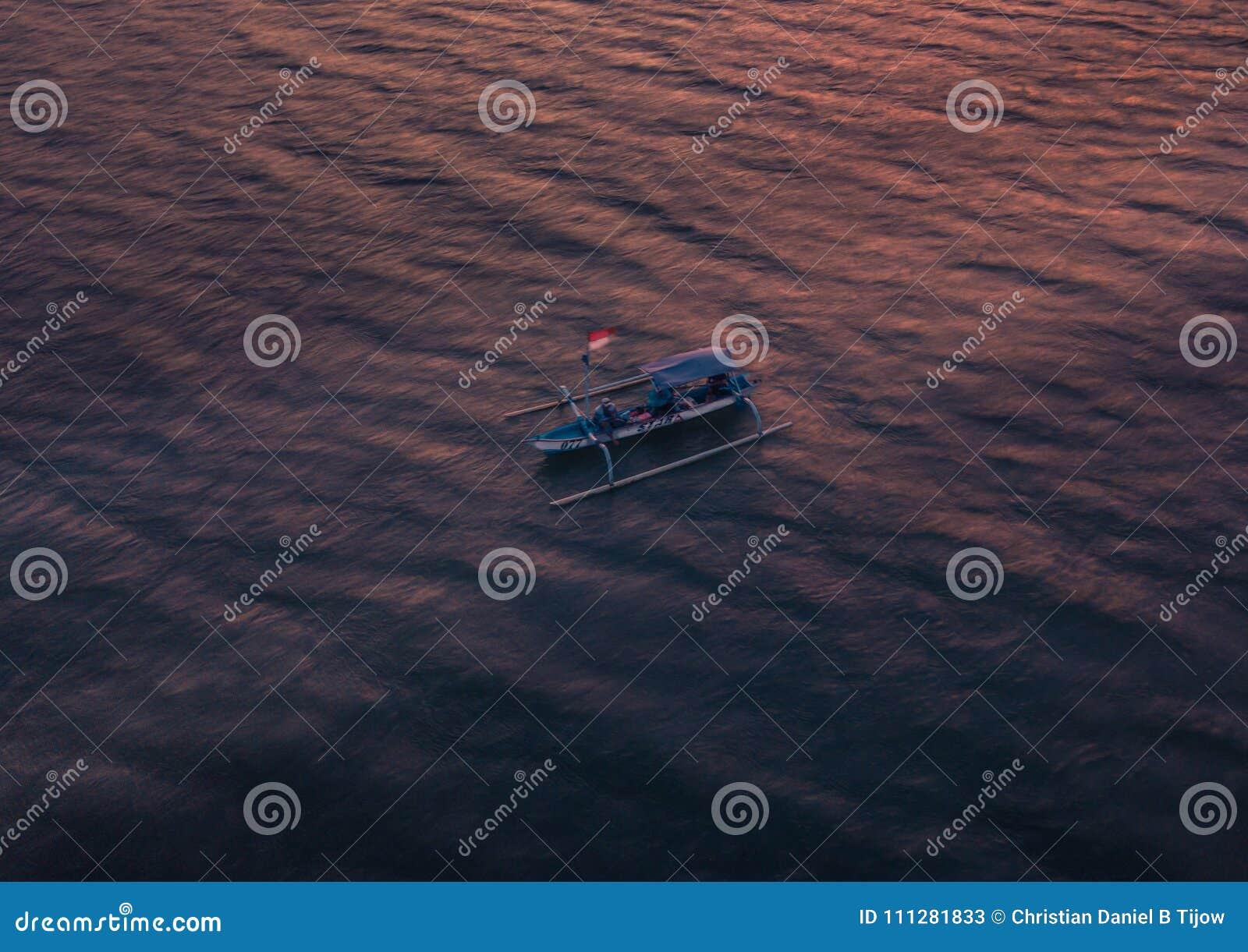 RYBAK na małej łódce Bali, INDONEZJA - STYCZEŃ 2018 -