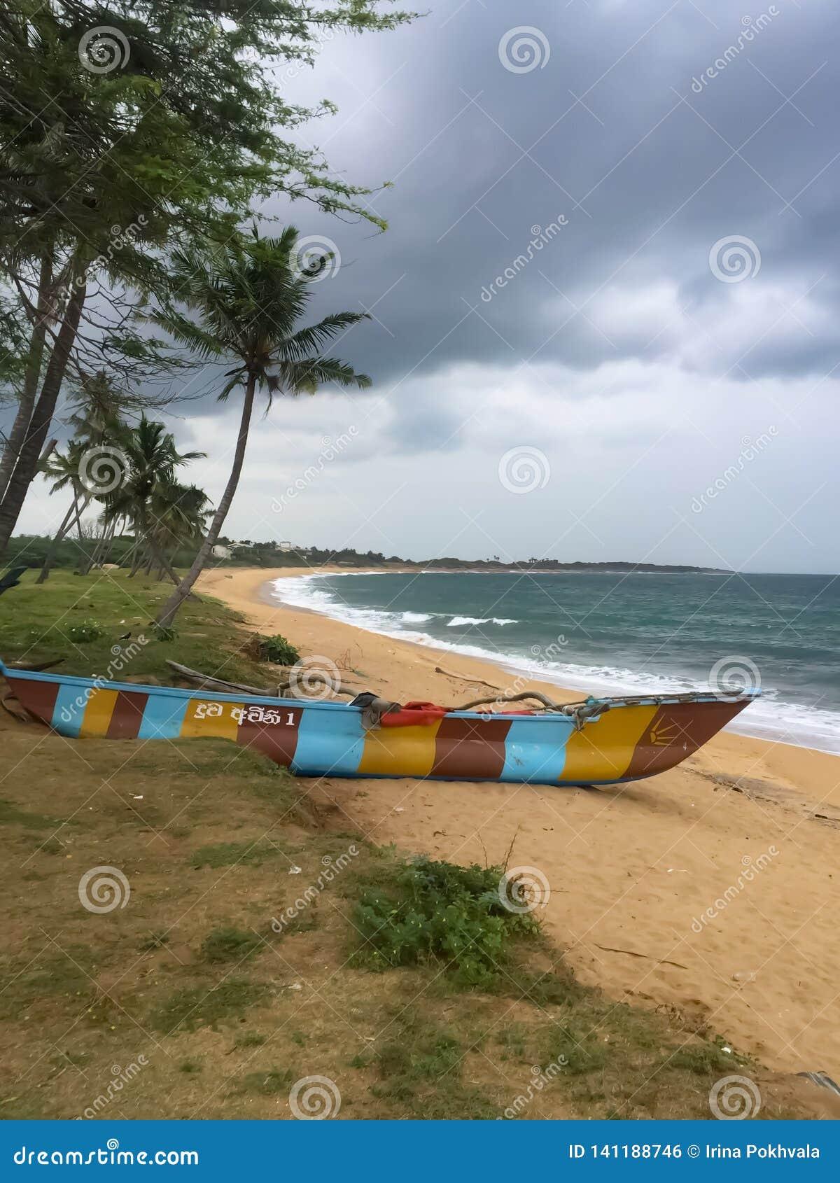 Rybaka łódkowaty piroga na oceanu indyjskiego brzeg Hambantota, Sri Lanka