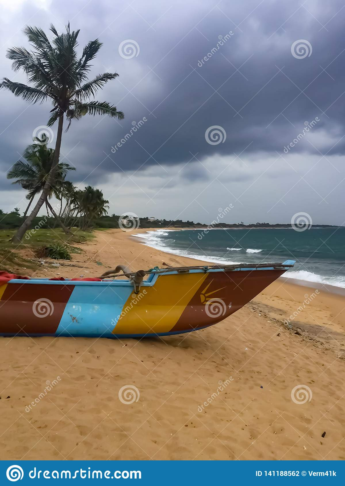 Rybaka boatpiroga na oceanu indyjskiego brzeg Hambantota, Sri Lanka