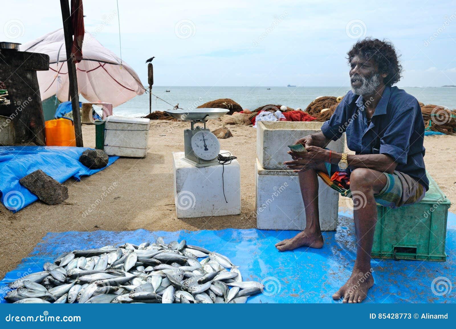 Rybaka bubel ich chwyt przy rybim rynkiem Artykuł wstępny tylko