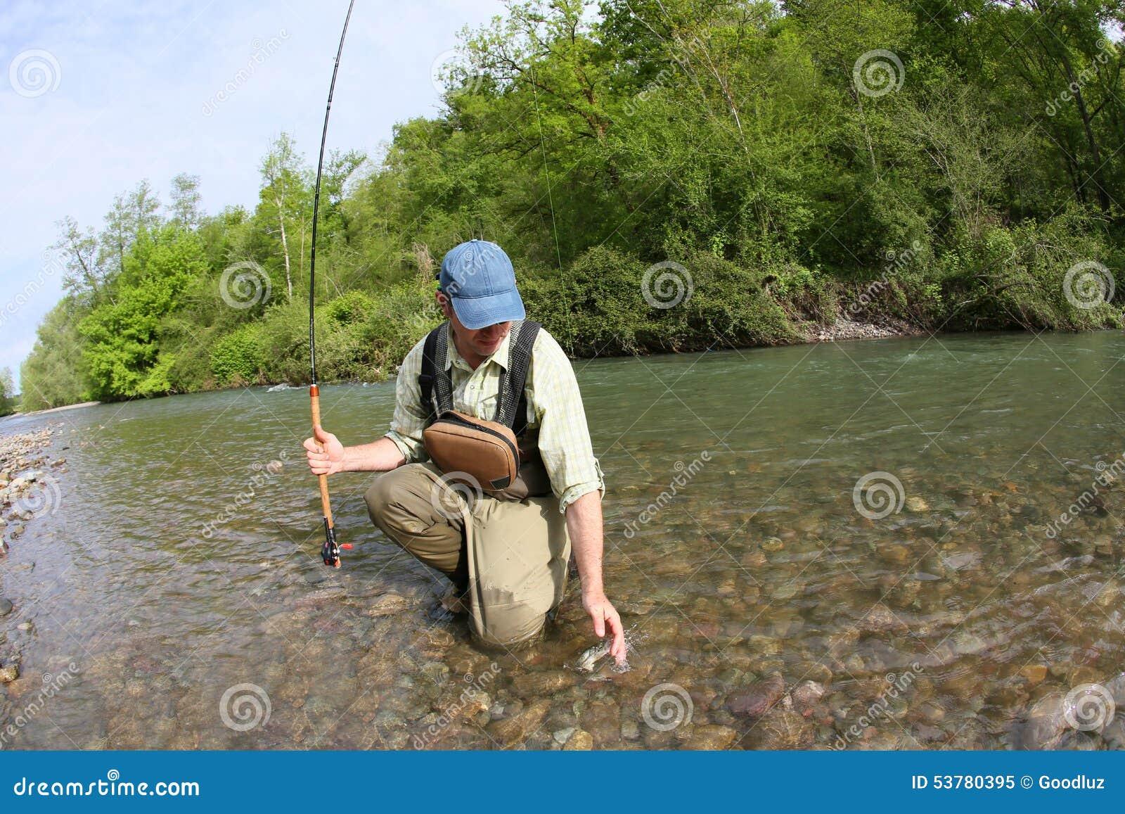 Rybaka połowu haczyk w rzece
