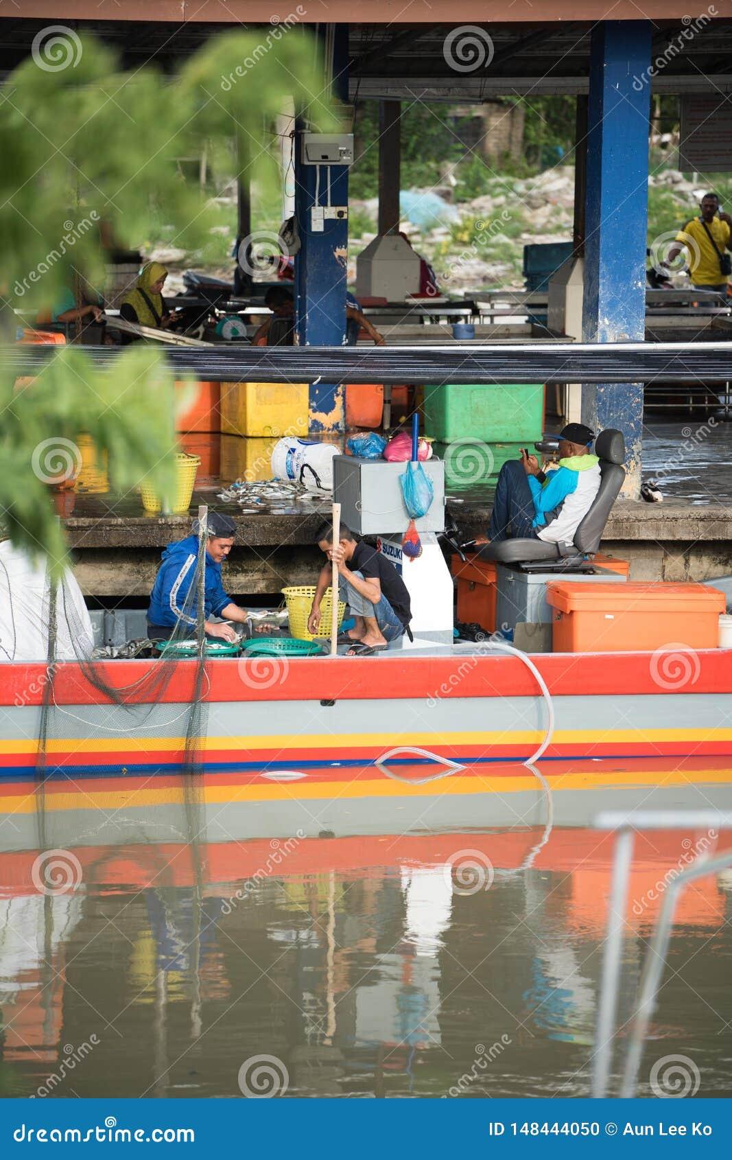 Rybaka sprzedawania ryba przy molem