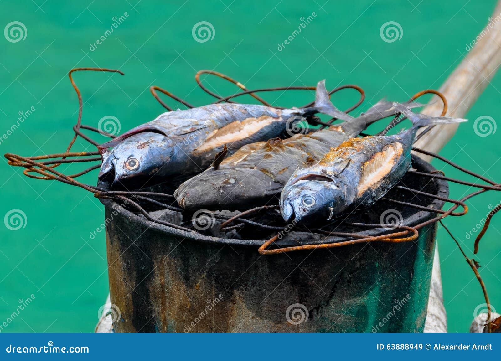 Rybi grill na grilla wierzchołku baryłka w drewnianym