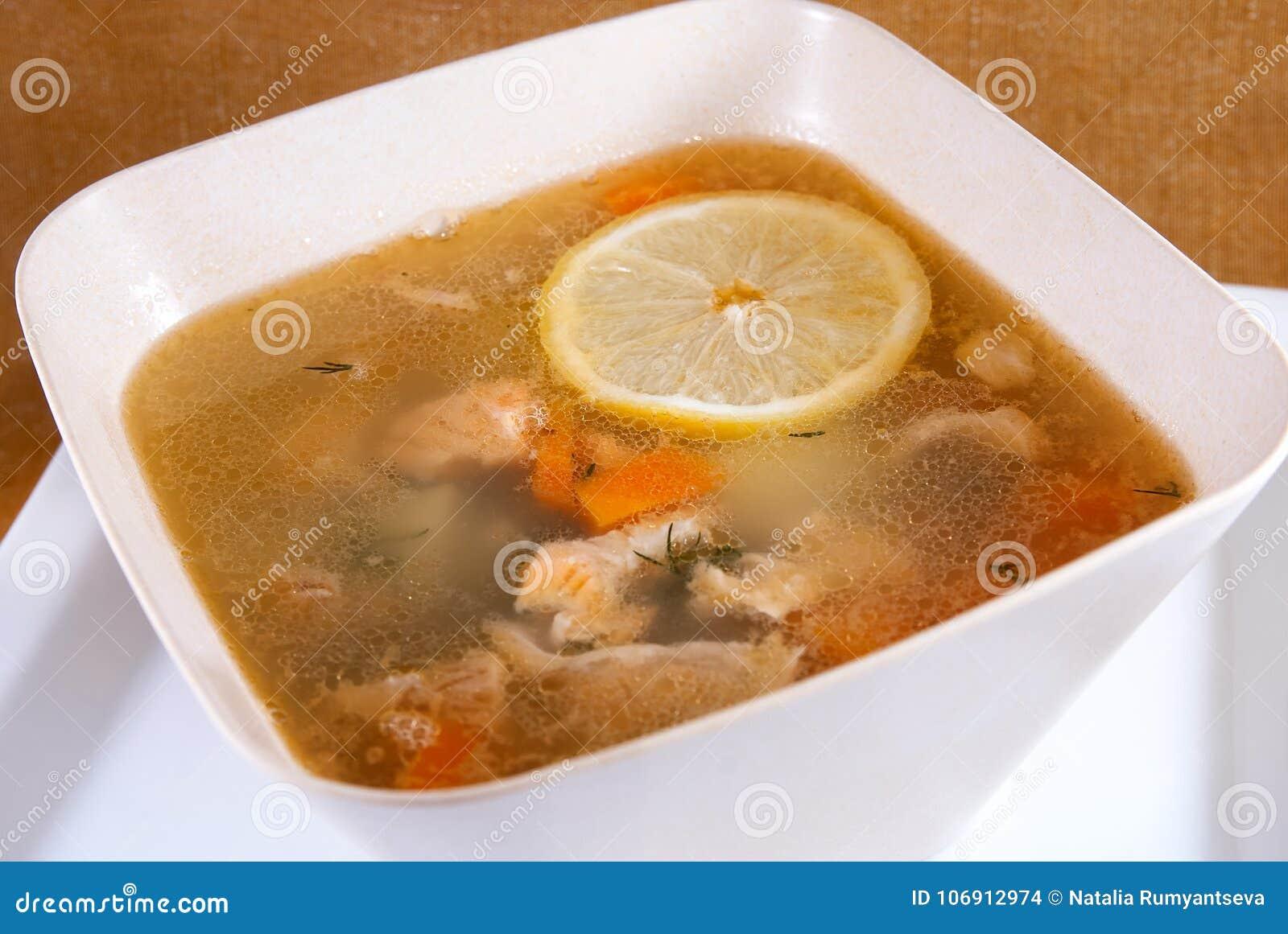 Rybia polewka w pucharze