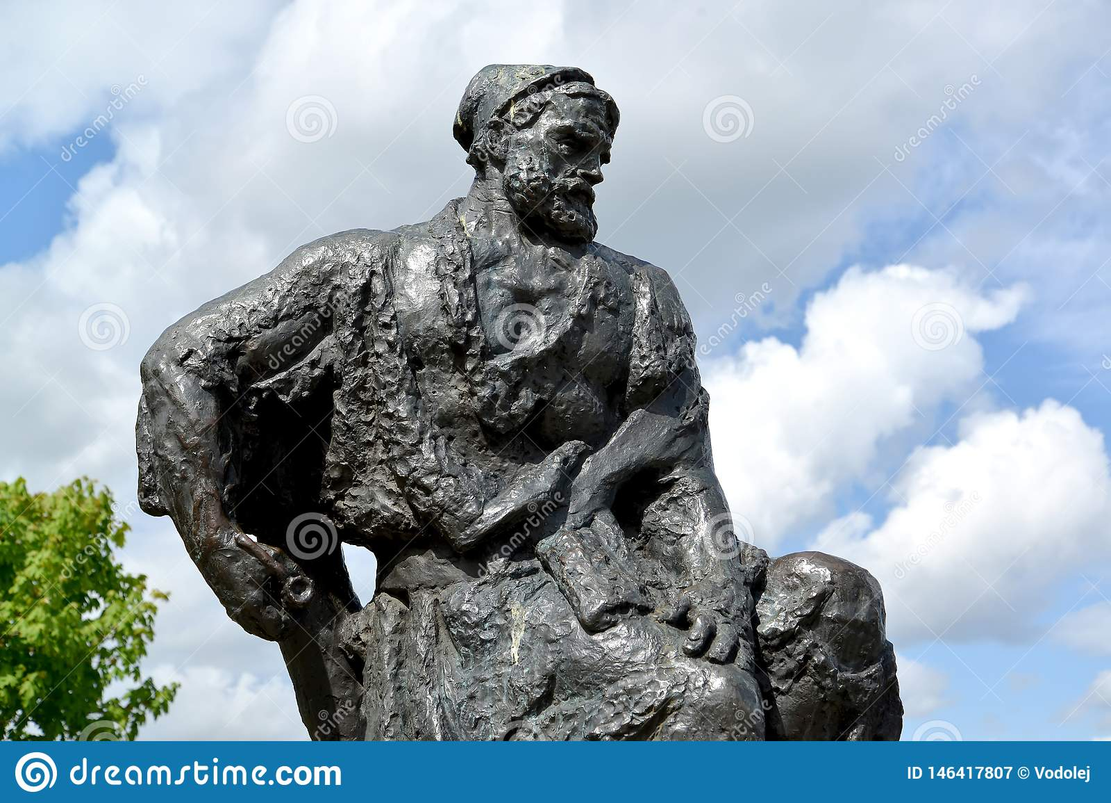Rybinsk, Rusland Een fragment van een monument aan de aakvervoerder tegen de achtergrond van de hemel